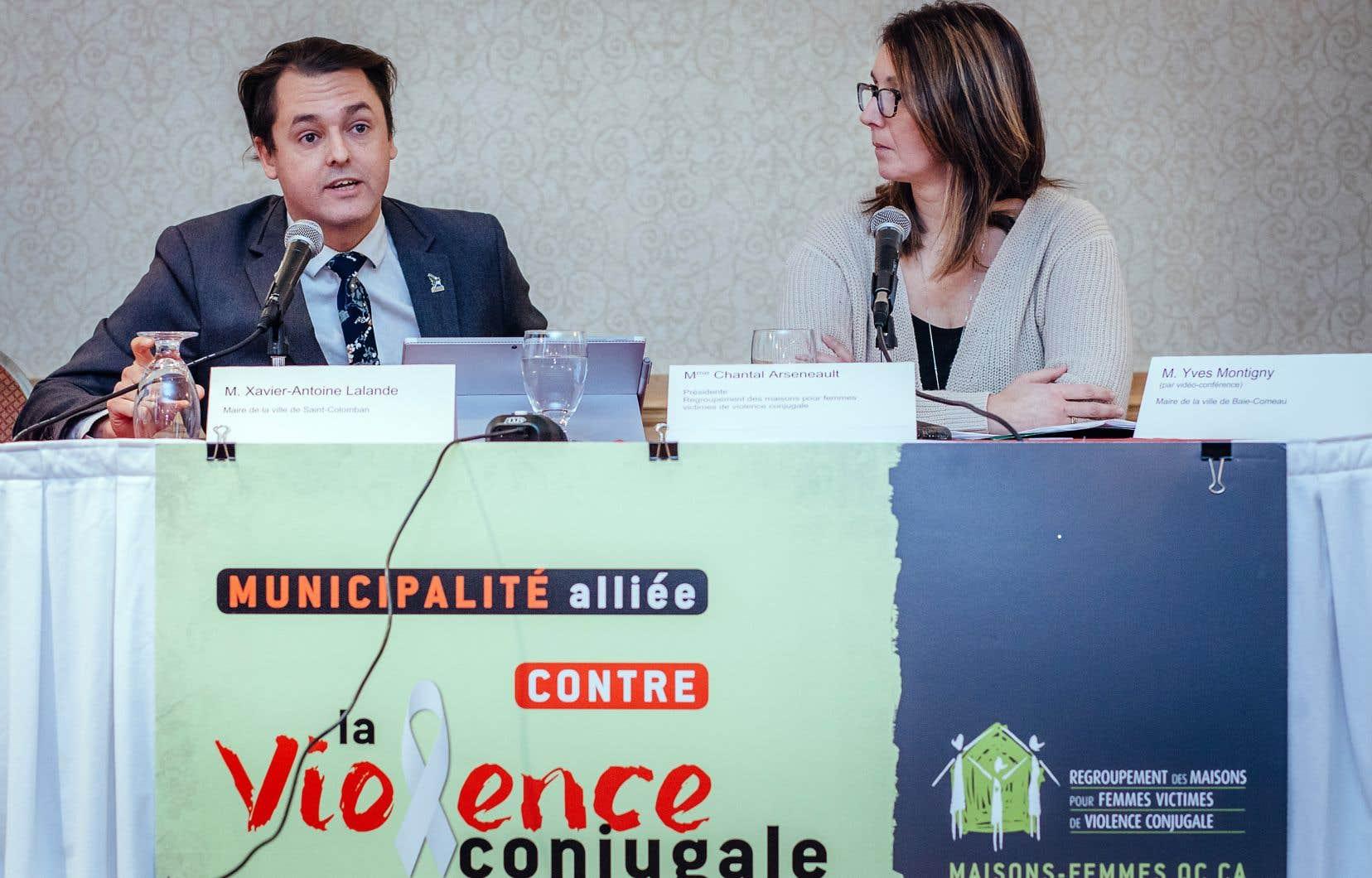 Chantal Arseneault, présidente du Regroupement des maisons pour femmes victimes de violence conjugale, et Xavier-Antoine Lalande, maire de Saint-Colomban.