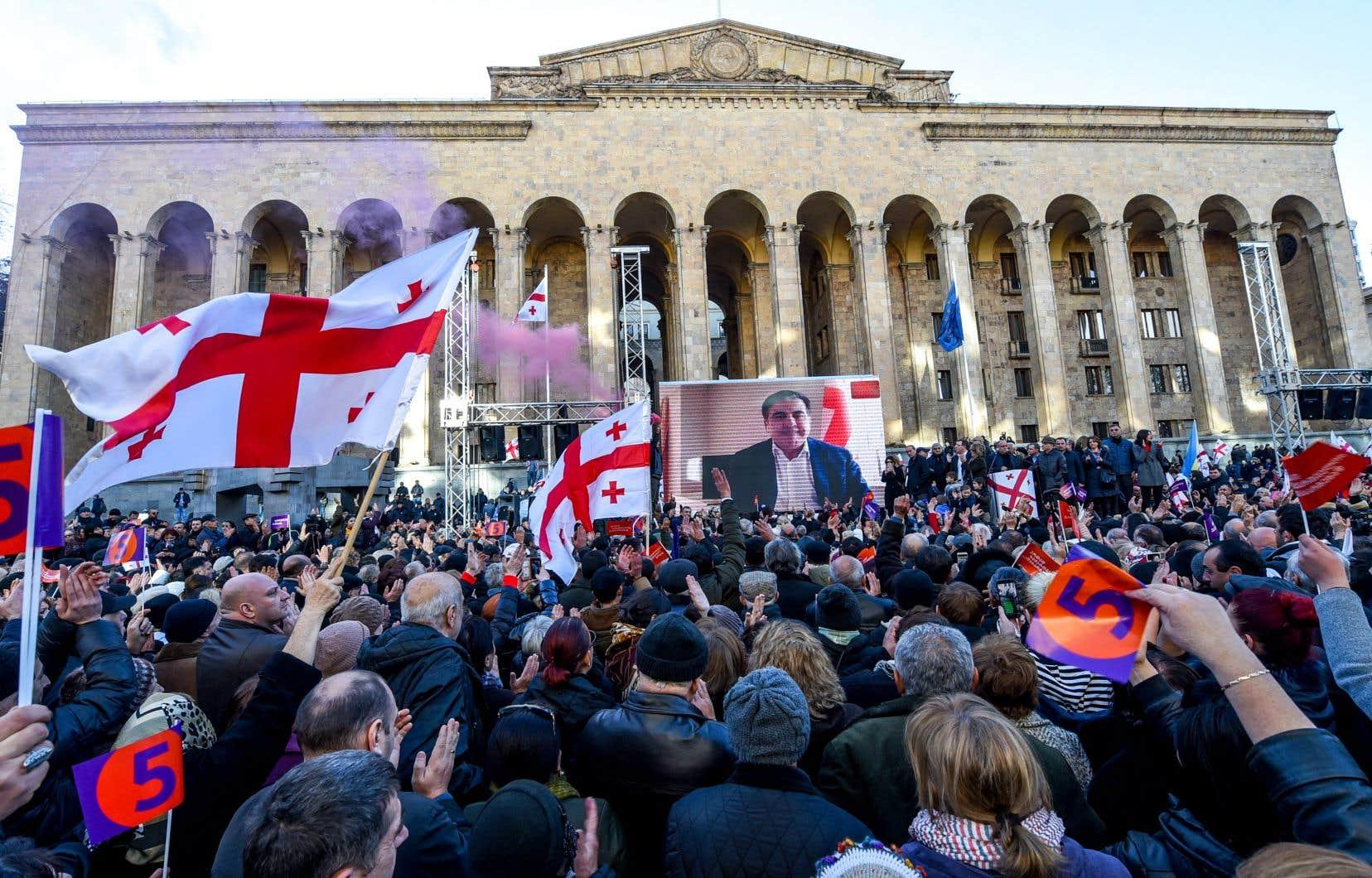 Des dizaines de milliers de Géorgiens se sont réunis dimanche dans les rues de Tbilissi pour protester contre l'élection présidentielle.