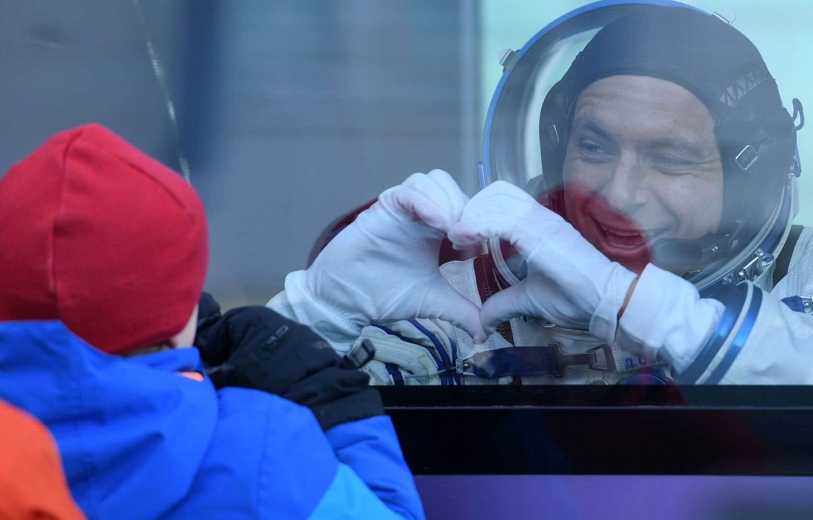 Depuis l'autobus qui l'amenait à la fusée, l'astronaute québécois David Saint-Jacques a salué sa famille avant d'entreprendre un voyage de plus de six mois dans l'espace.