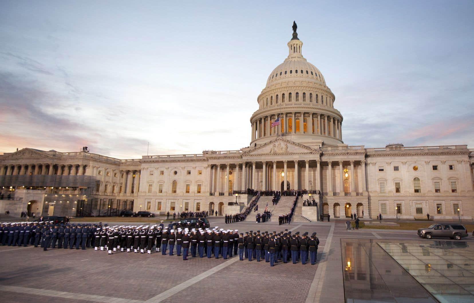 Recouvert du drapeau américain, le cercueil de George H. W.Bush, décédé vendredi à 94ans, a été reçu par une garde d'honneur militaire et un salut au canon dans l'après-midi.