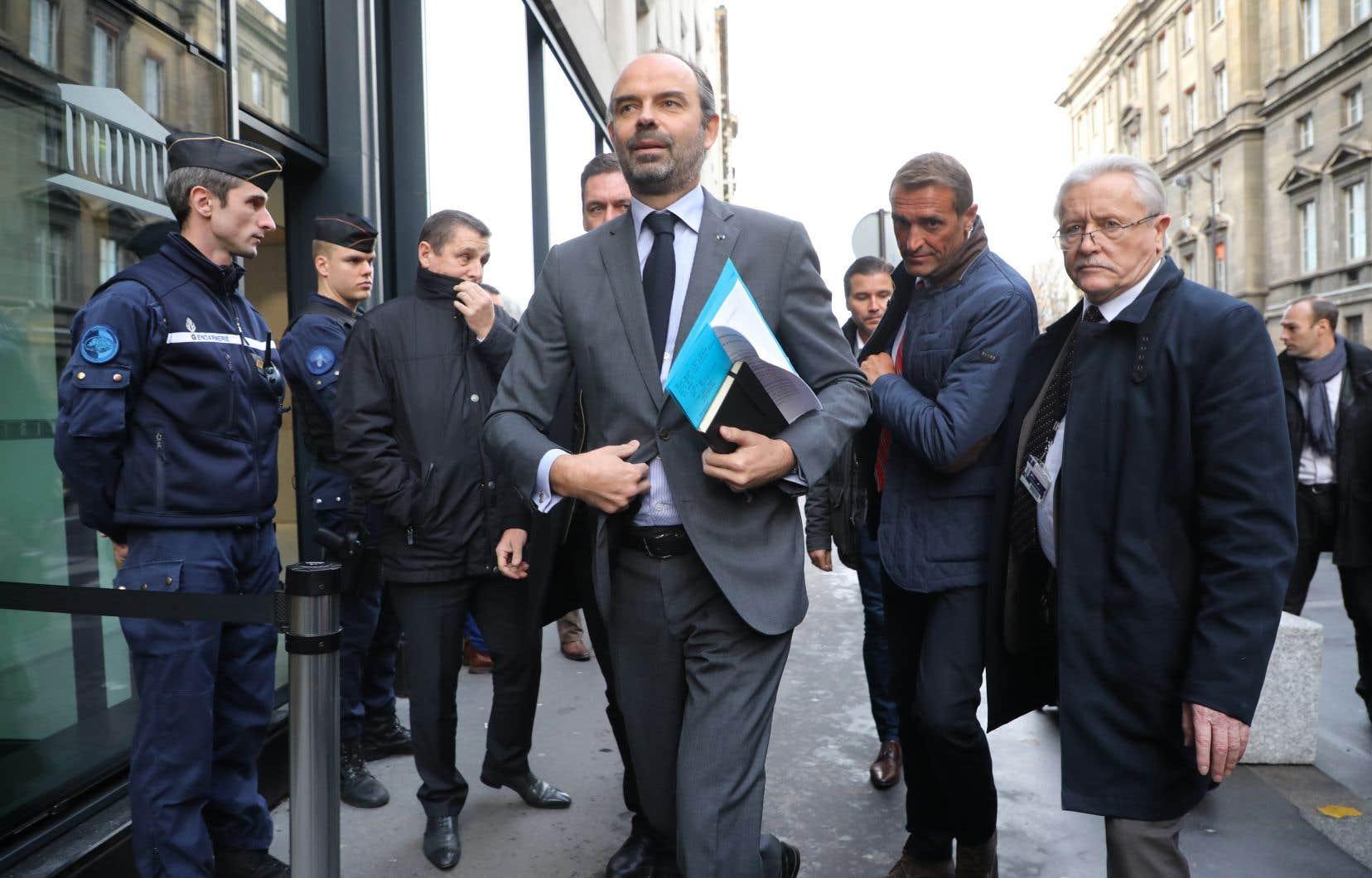 Le premier ministre Édouard Philippe a annoncé la suspension pour six mois de la hausse prévue le 1er janvier 2019 de la taxe carbone sur l'essence, le fioul et le diesel.
