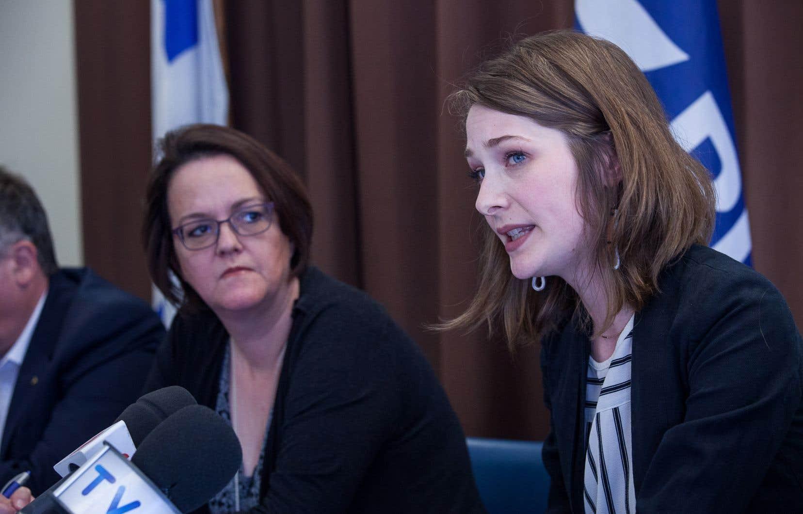 La présidente du Forum jeunesse du Bloc québécois, Camille Goyette-Gingras (à droite sur la photo)