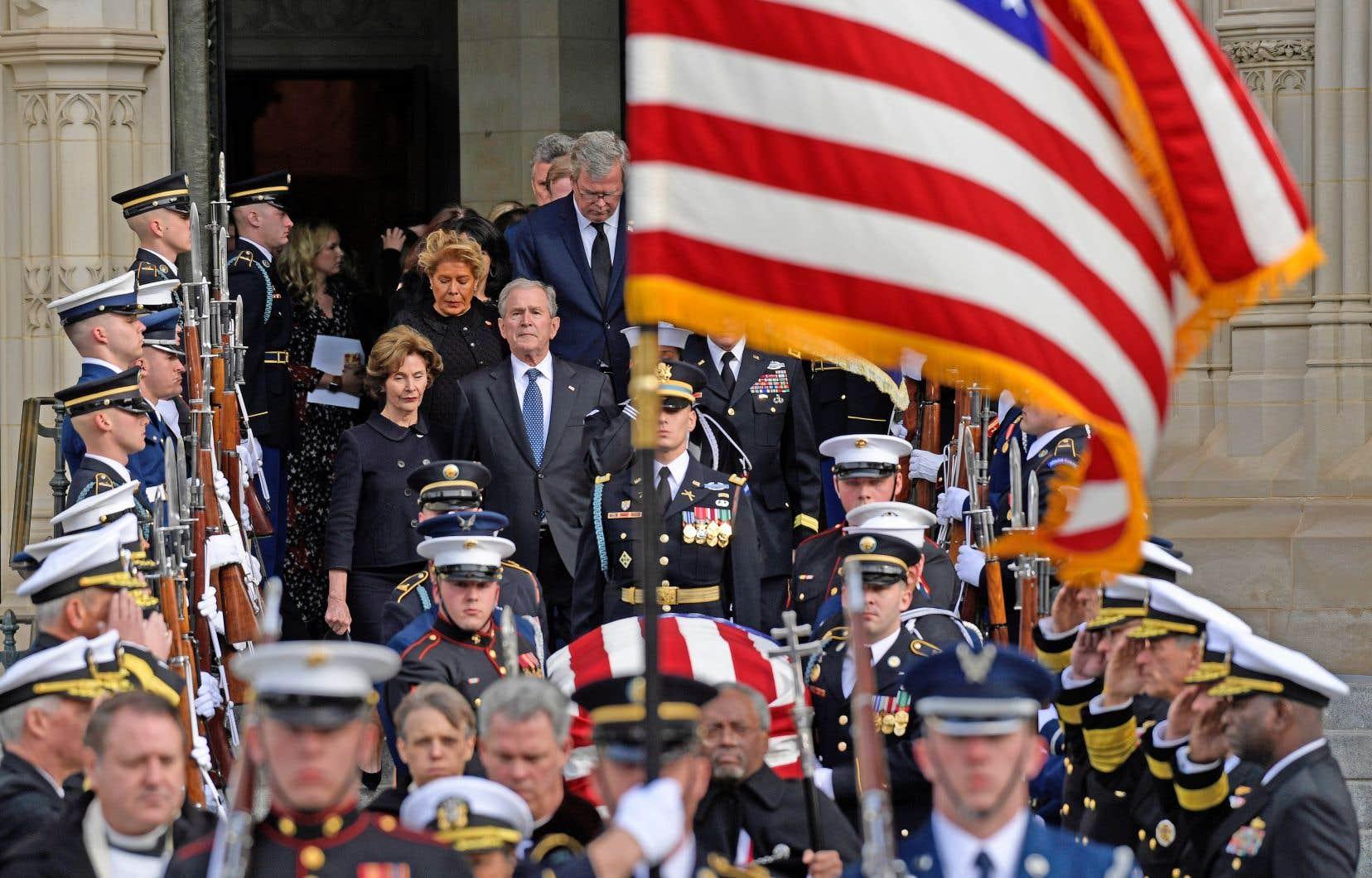 George W. Bush, les traits tirés, a suivi le cercueil de son père à la sortie de la cathédrale nationale de Washington.