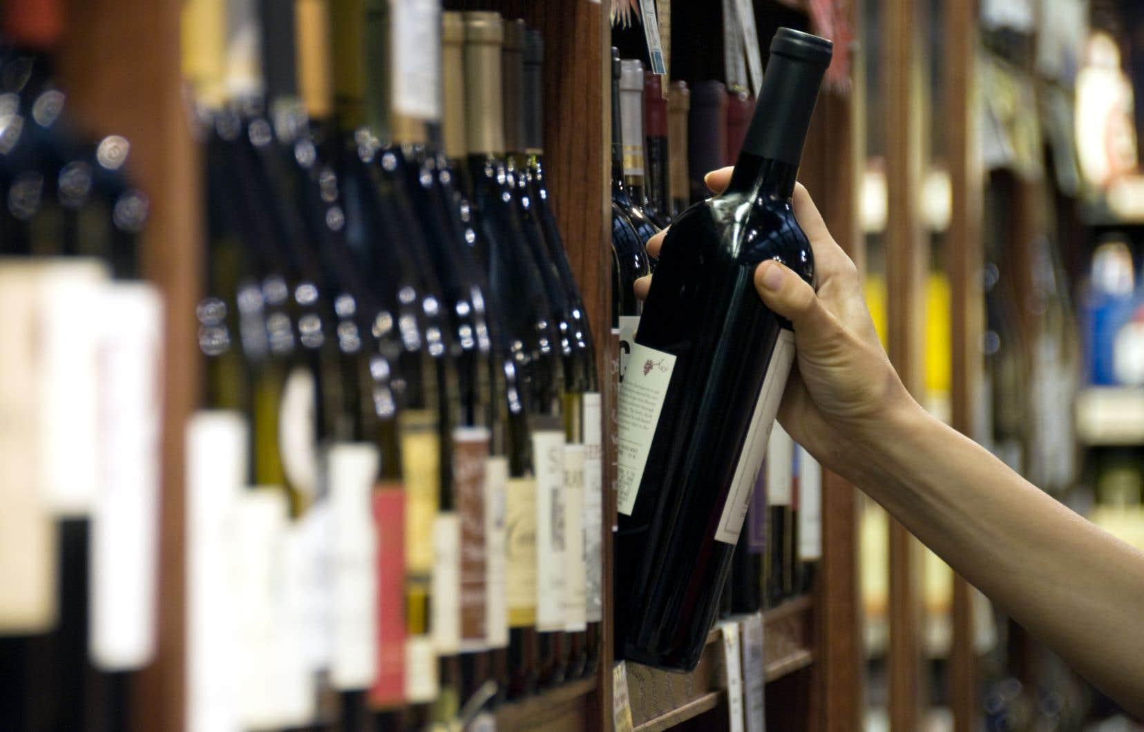 Le ministre Lionel Carmant a laissé entendre qu'il aurait mieux valu fixer l'âge légal pour consommer de l'alcool à 21ans.