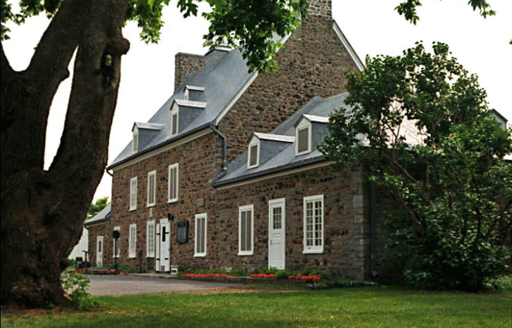 À l'aide d'archives, Micheline Lachance restitue dans un récit très vivant 350ans d'évolution de l'imposante maison.