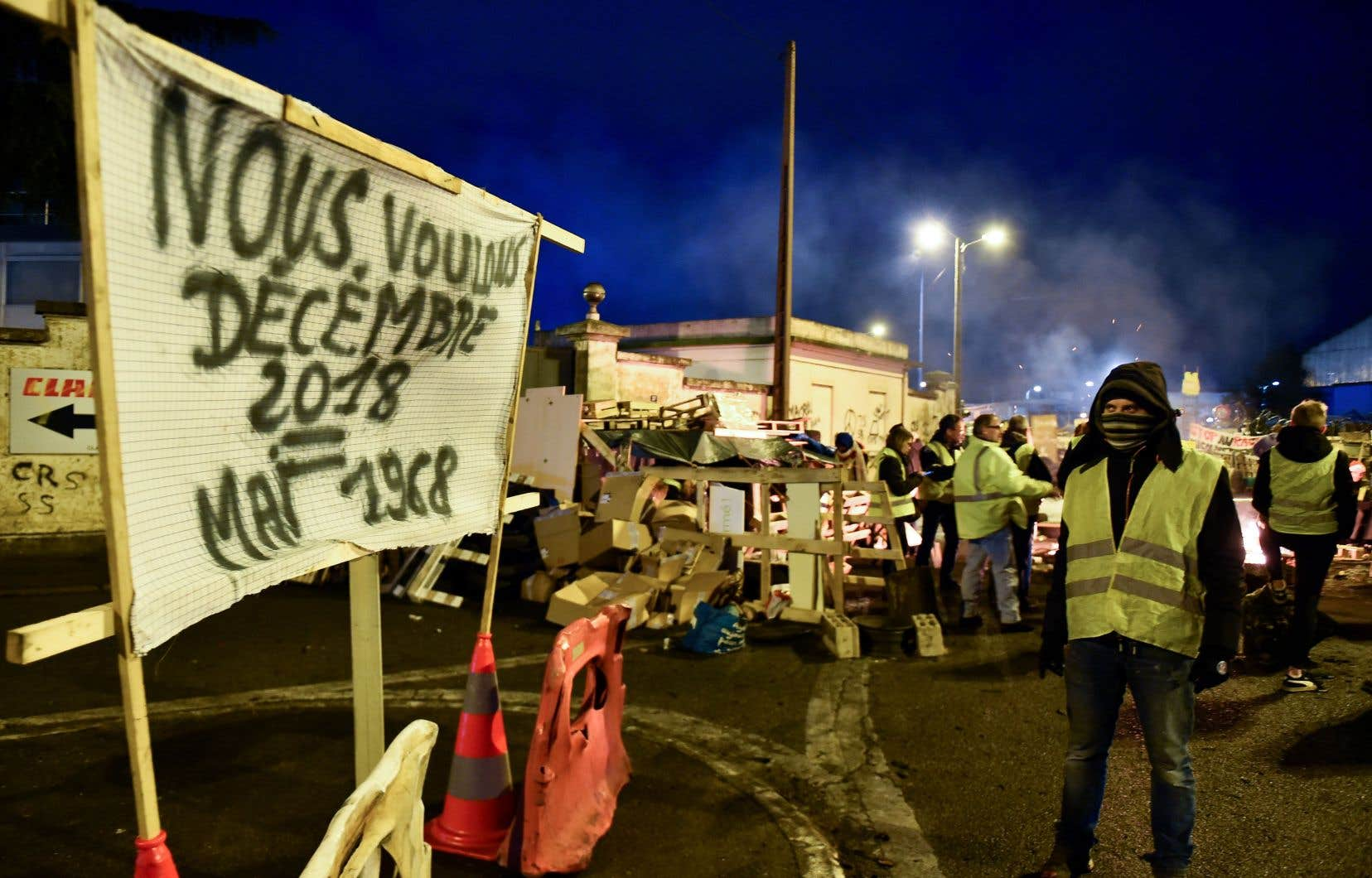 Pour s'opposer aux augmentations de taxes sur les carburants,des gilets jaunes ont bloqué l'accès à un dépôt pétrolier jeudi, au Mans.