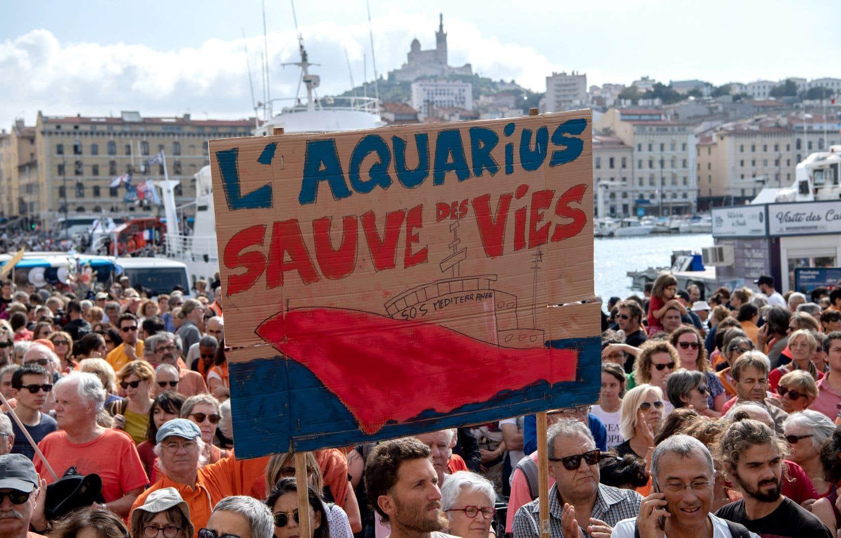 L'an dernier seulement, des équipes à bord de du navire «Aquarius» ont sauvé plus de 15 000 personnes de la noyade, rappelle l'auteur.