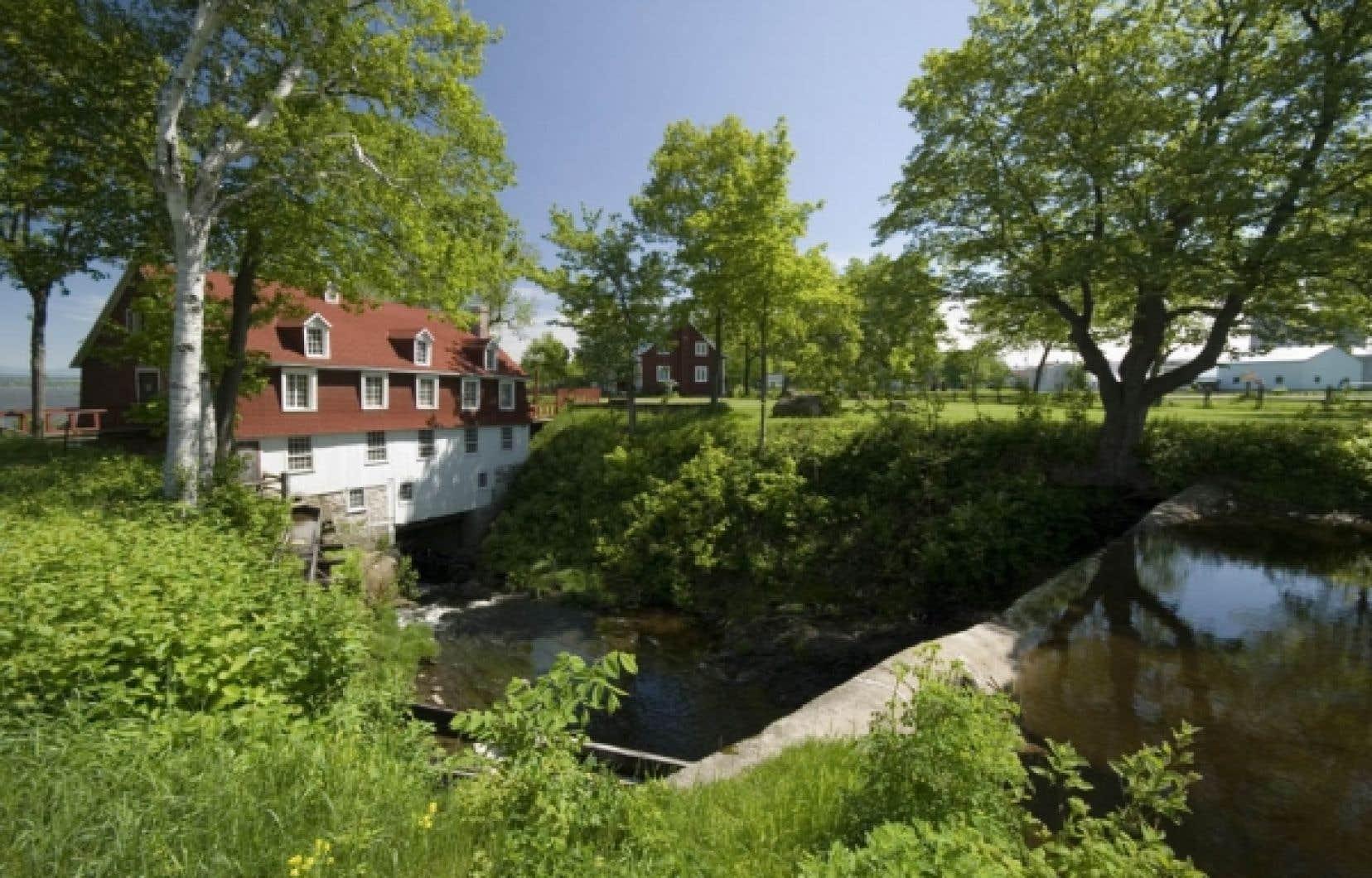 Construit en 1821 et rénové en 1947, ce moulin à mansardes est l'un des derniers au Québec à fonctionner avec son mécanisme d'origine.