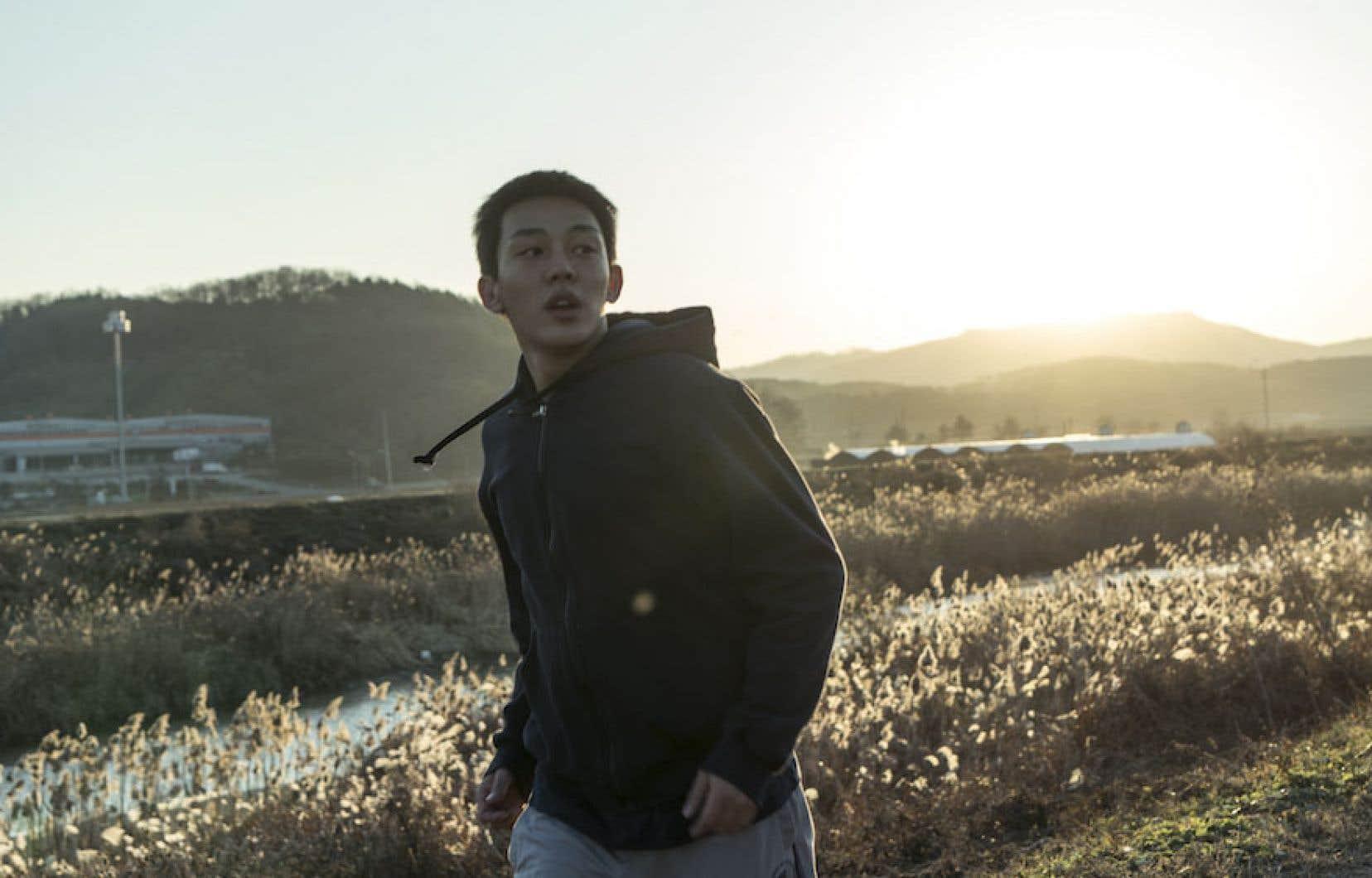L'intrigue est relatée du point de vue de Jongsu, la vingtaine indécise.