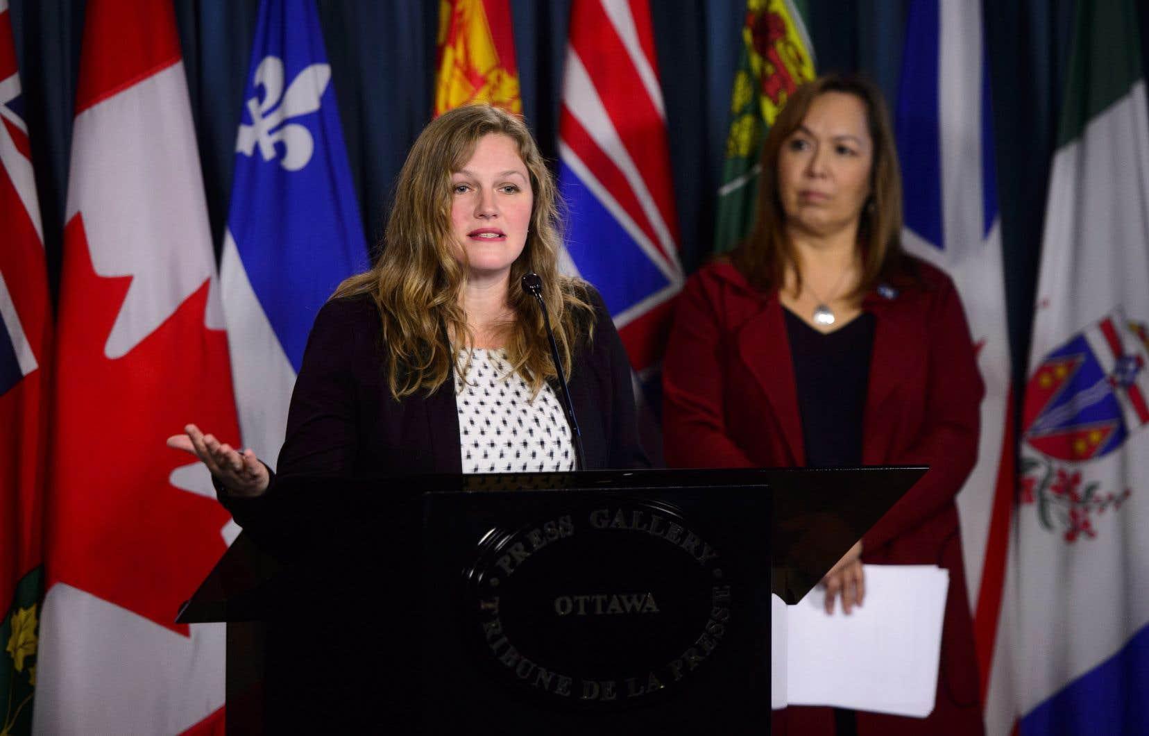 Francyne Joe, présidente de l'Association des femmes autochtones du Canada (à droite) et Jacqueline Hansen, militante d'Amnesty International au Canada, lors d'une conférence sur la colline du Parlement à Ottawa le vendredi 7 décembre 2018.