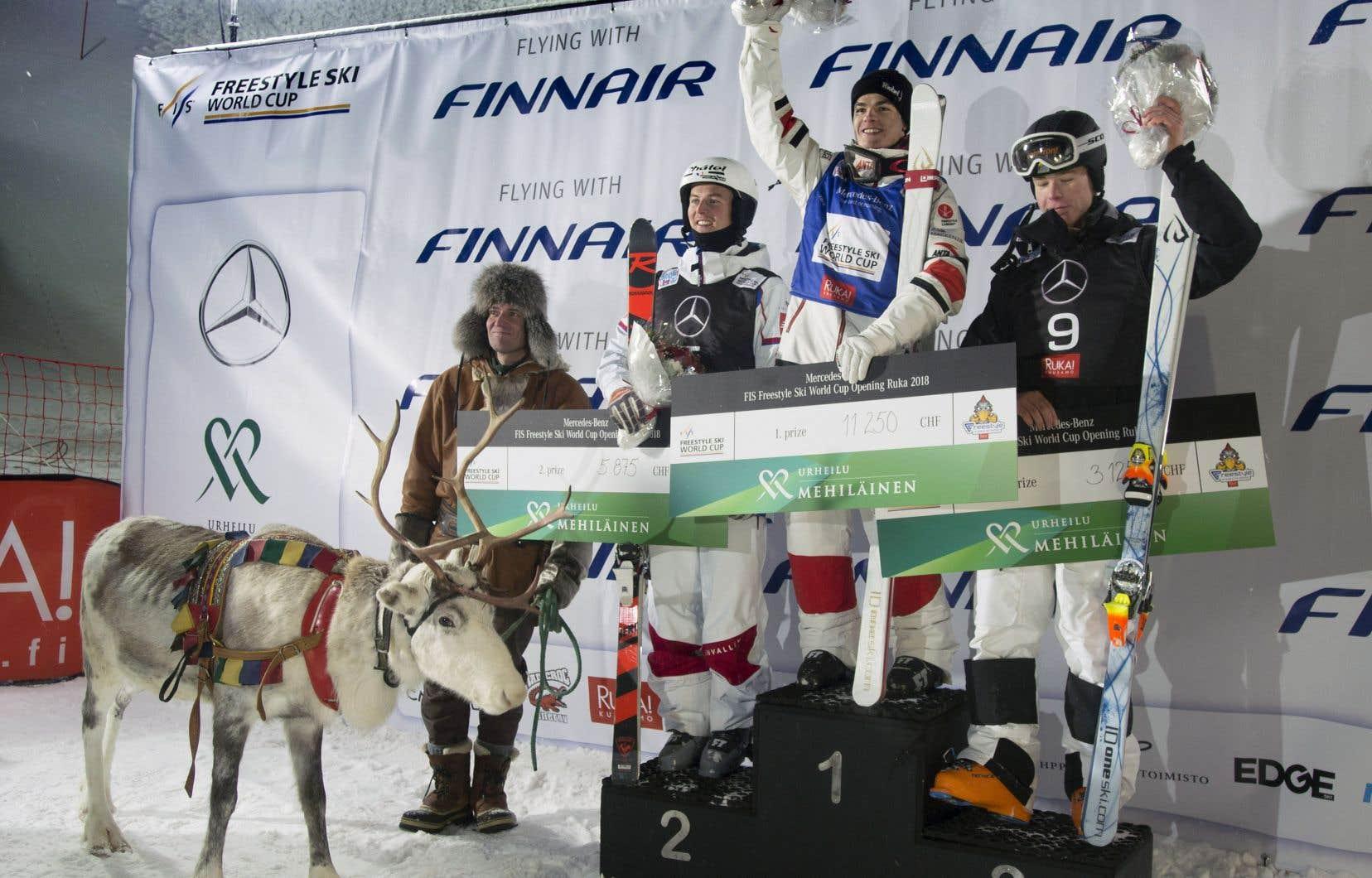 Mikaël Kingsbury est monté sur la première marche du podium, à Ruka en Finlande, devant le Français Benjamin Cavet et le Suédois Walter Wallberg.