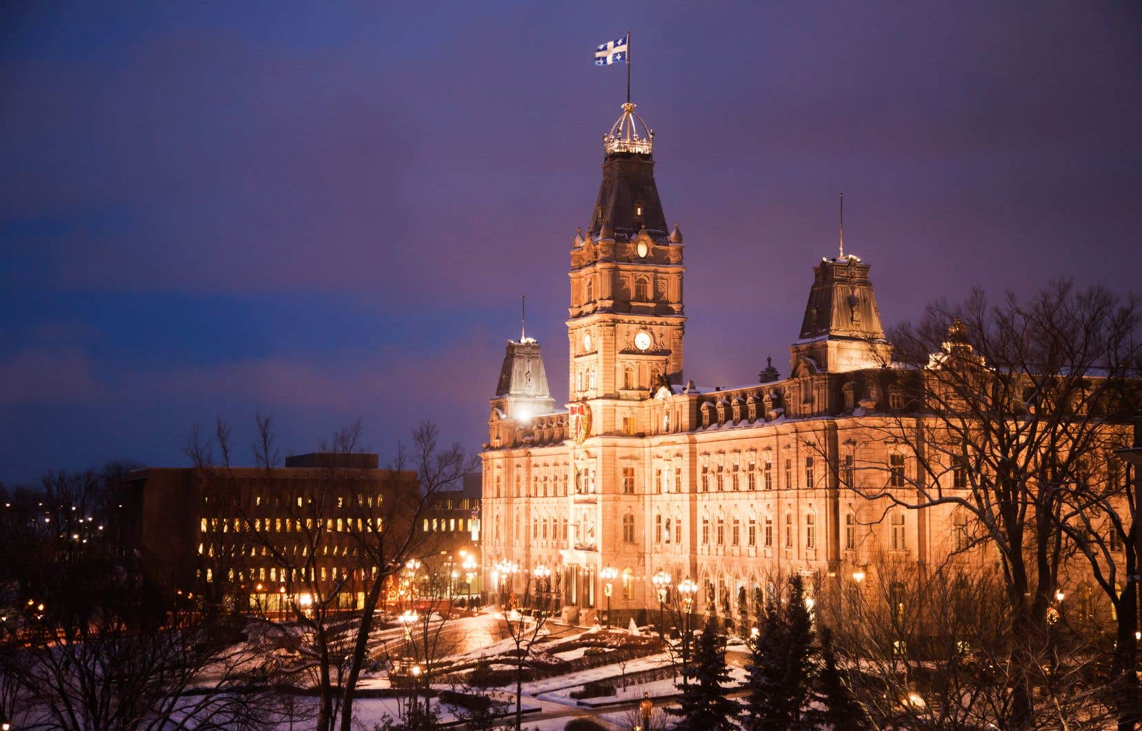Après des années de contrôle serré des dépenses ayant mené à de vives critiques dans la société civile, la croissance économique des deux dernières années a donné lieu à des surplus importants dans les coffres de Québec.