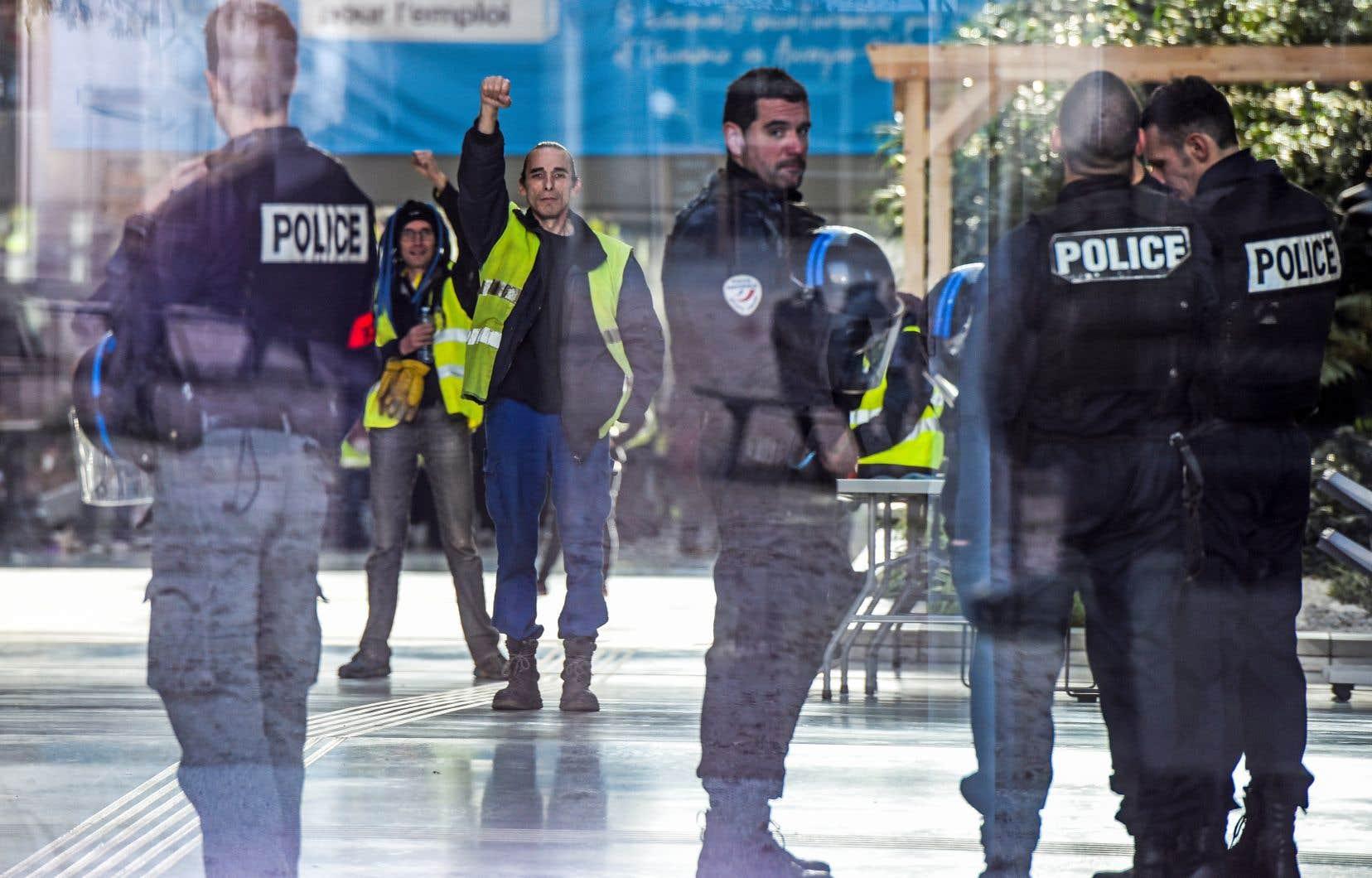 Des manifestants portant leurs gilets jaunes ont occupé vendredi pendant quelques heures l'Hôtel de Région, à Lyon, sous la surveillance de policiers.