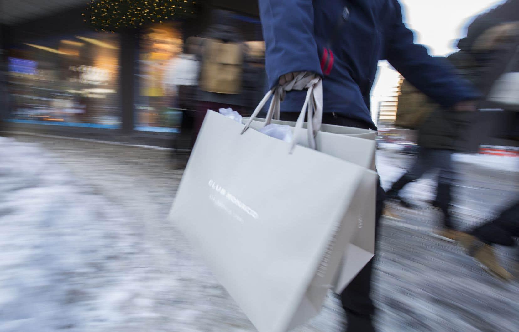 Selon une étude, les Canadiens prévoyaient dépenser 602$ en moyenne pour les cadeaux.