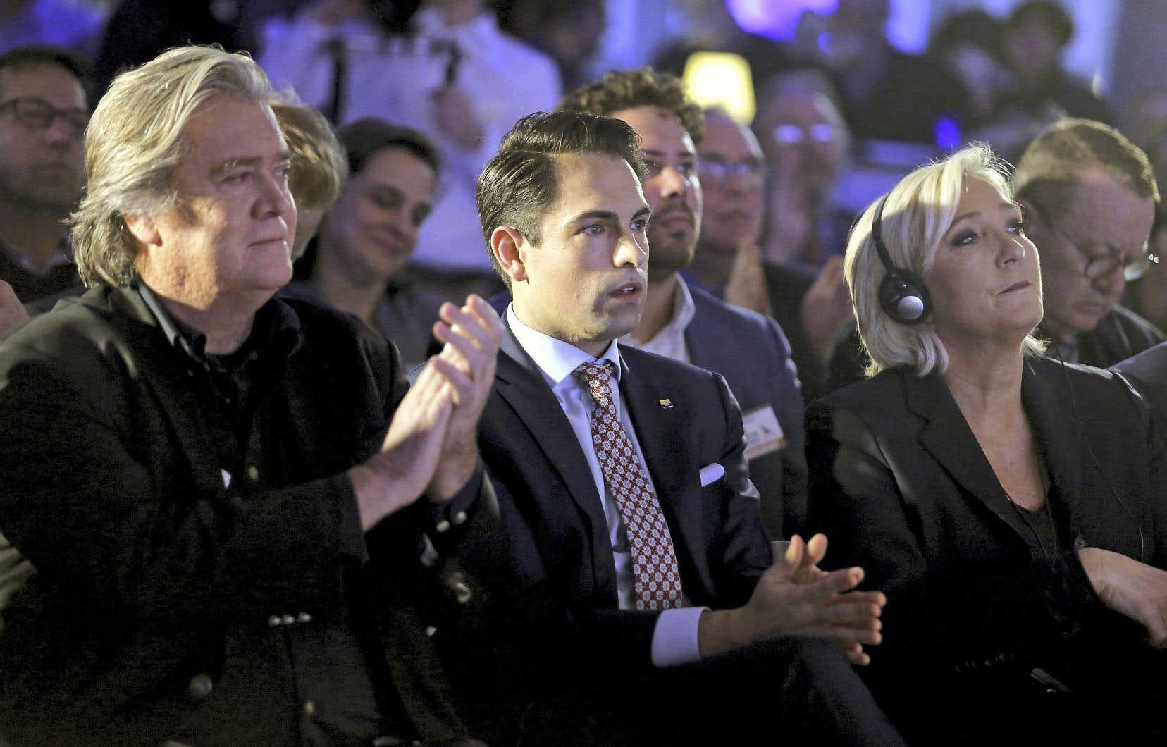 L'ancien conseiller de Donald Trump Steve Bannon (à gauche) et la chef du Rassemblement national, Marine Le Pen (à droite), ont participé samedi à un rassemblement du parti d'extrême droite belge Vlaams Belang, aux côtés de son président, Tom Van Grieken.