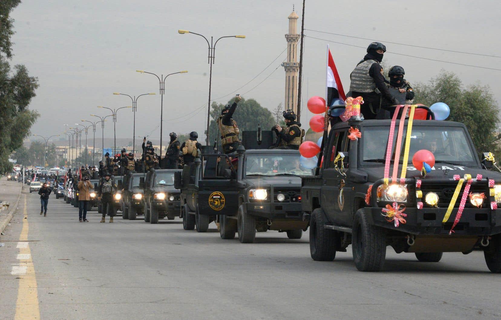 Dans plusieurs villes du pays, les barrages et les véhicules militaires étaient décorés de ballons.