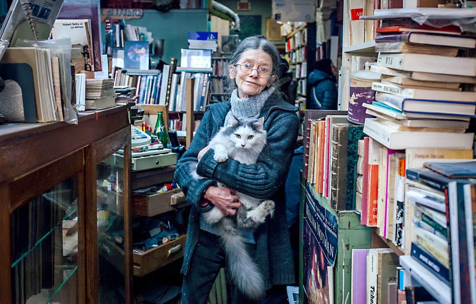 C'est Hélène Piché, compagne pendant presque 40ans du libraire Richard Gingras, qui tient la barre du Chercheur de trésors depuis le décès subit de ce dernier, en 2017. Dans ses bras, Métisse le chat, qui refuse de quitter les lieux et les livres.