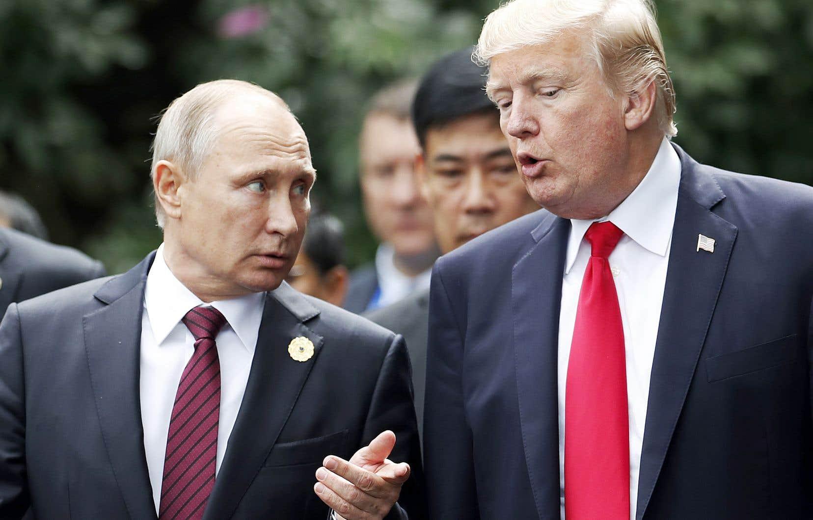 Les relations entre Vladimir Poutine et Donald Trump, que l'on aperçoit ensemble au Sommet économique Asie-Pacifique en novembre 2017, remonteraient par personnes interposées à 2015, soit au moment de l'annonce de la candidature du milliardaire à la Maison-Blanche.