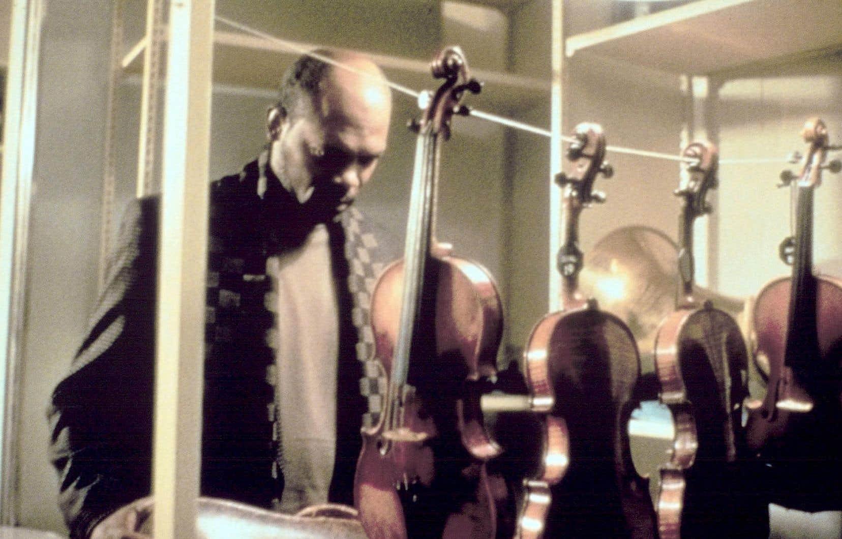 Samuel L. Jackson dans une scène du film «Le violon rouge»,de François Girard