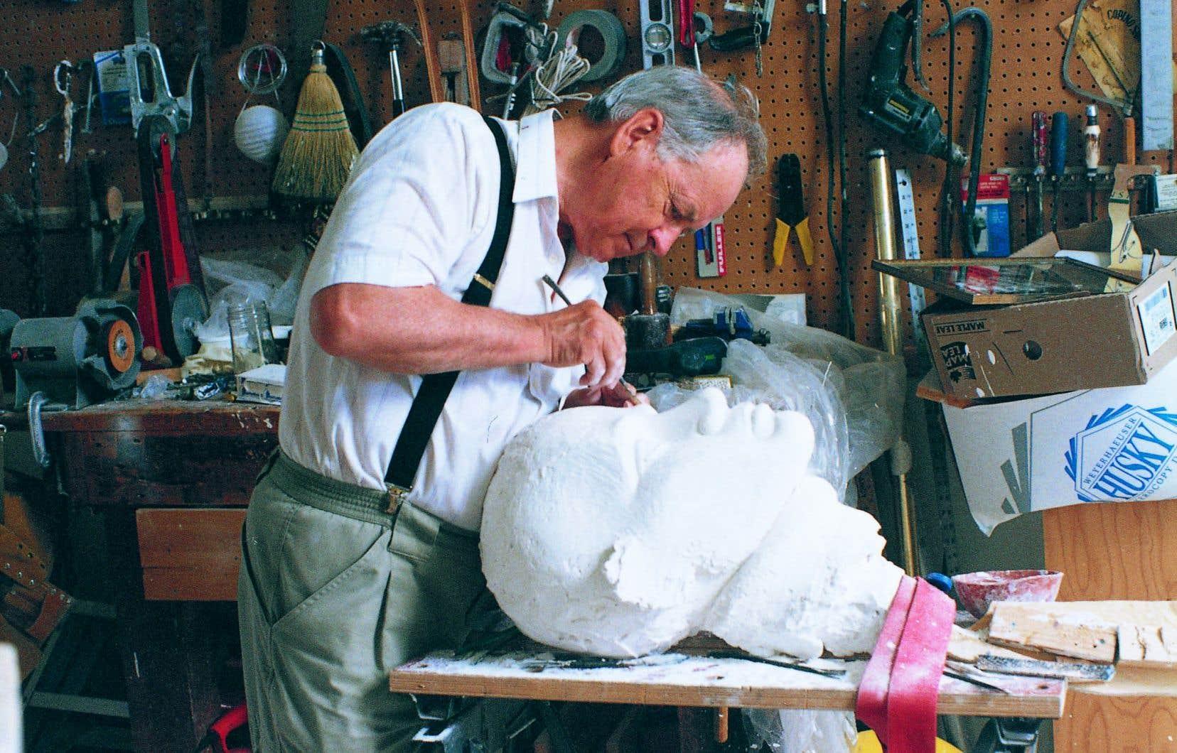 Raoul Hunter travaillant à la réalisation du monument à la mémoire des marins de la marine marchande canadienne du Québec ayant perdu la vie en mer au cours de la Seconde Guerre mondiale, à Québec