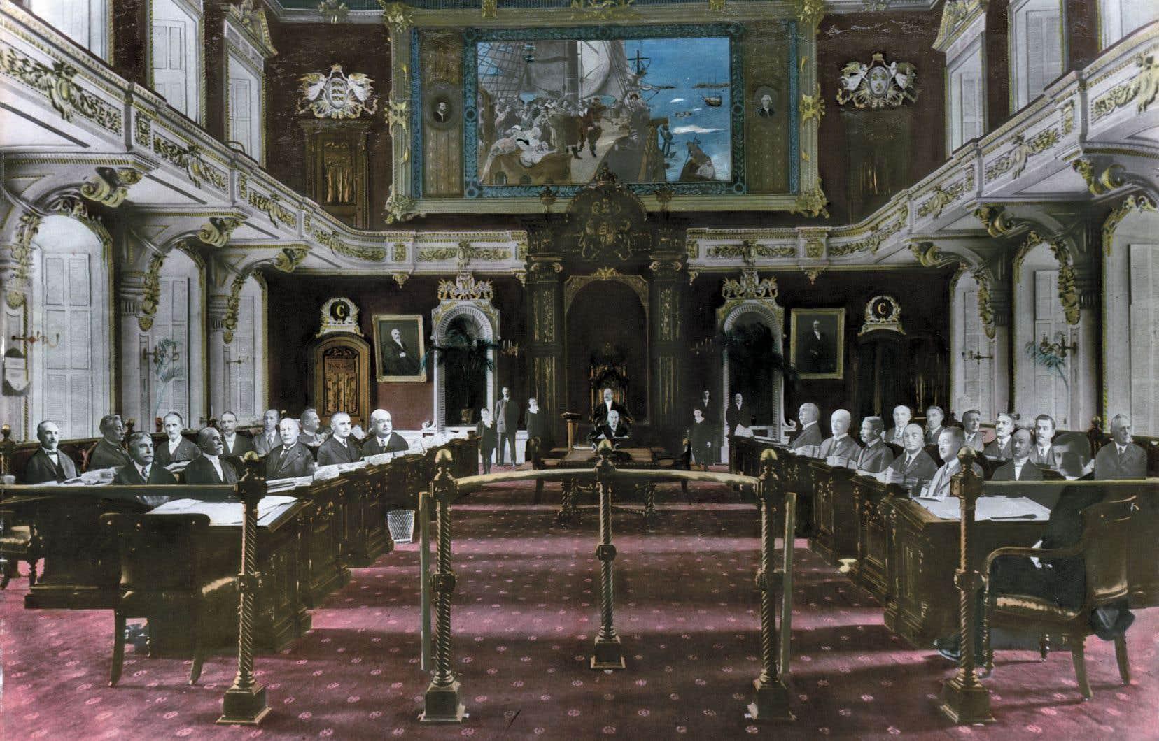 Le Québec fut la dernière province à démanteler son «Sénat» en 1968, 40 ans après la Nouvelle-Écosse. Sur ce photomontage réalisé en 1928, on aperçoit les 24 conseillers législatifs québécois dans l'enceinte du Salon rouge. Il a été réalisé à l'aide de la technique du photoplan, qui permet d'immortaliser un groupe dispersé dans une vaste enceinte tout en conservant l'homogénéité de l'exposition. C'était la forme que prenaient les mosaïques du Parlement à l'époque.
