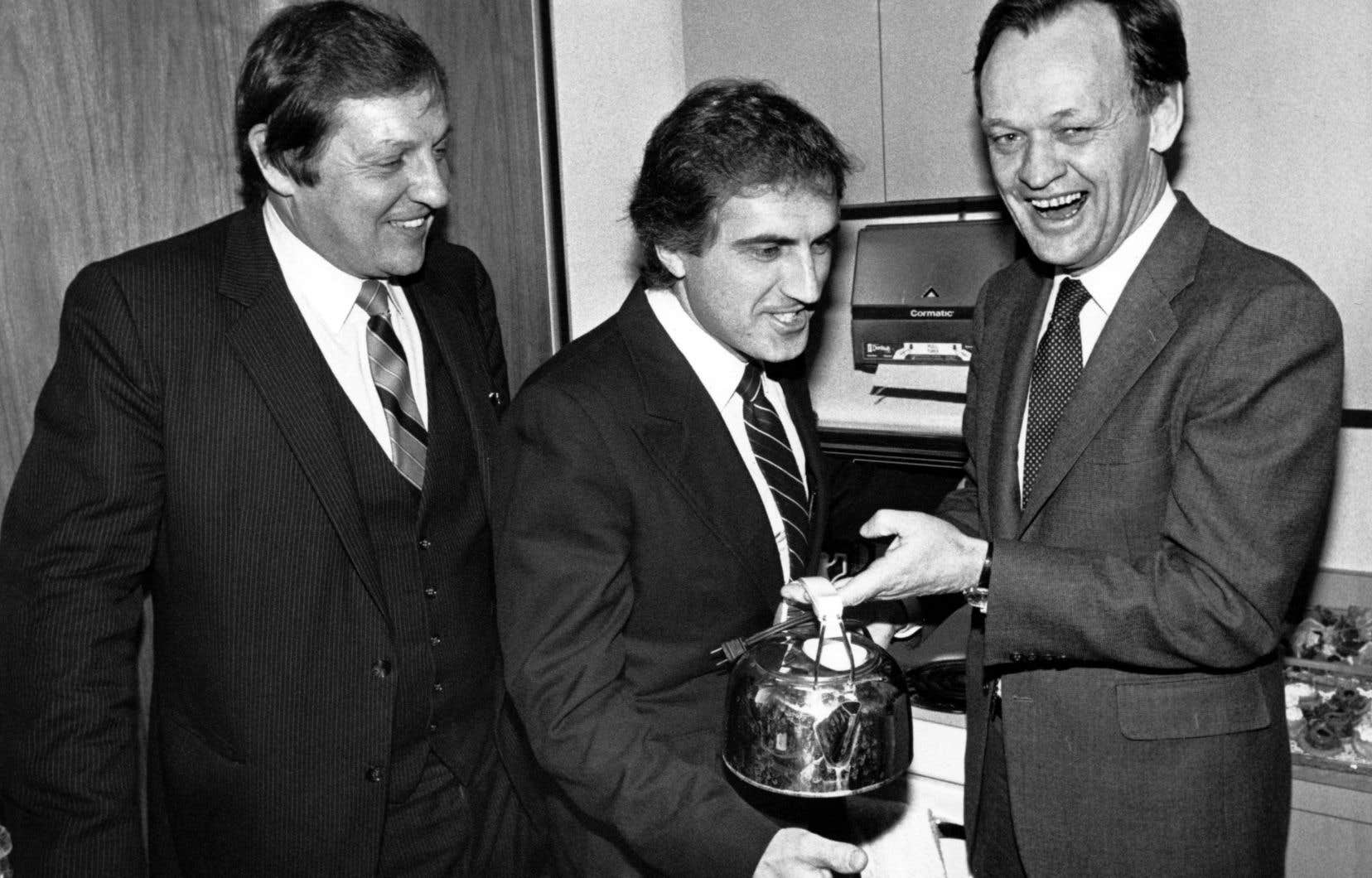 Jean Chrétien, Roy Romanow et Roy McMurtry ont convenu autour d'un café des termes du rapatriement de la Constitution canadienne, le 4 novembre 1981.