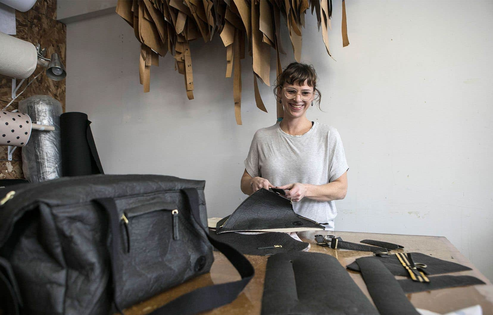 La designer Violaine Tétreault travaille le Piñatex dans son atelier.