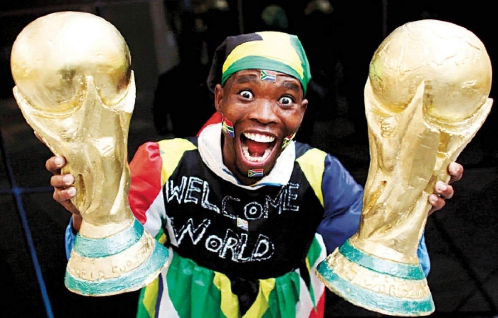 Habillé aux couleurs de l'équipe d'Afrique du Sud, un homme célèbre la grande fête du football qui commence aujourd'hui à Johannesburg.