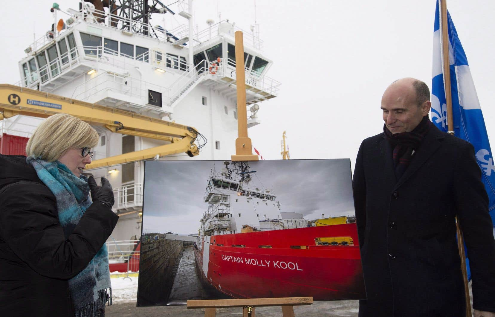 En point de presse, le ministre fédéral Jean-Yves Duclos (à droite) s'est contenté de critiquer le précédent gouvernement conservateur de Stephen Harper, qui avait décidé d'exclure la Davie de la Stratégie de construction navale.