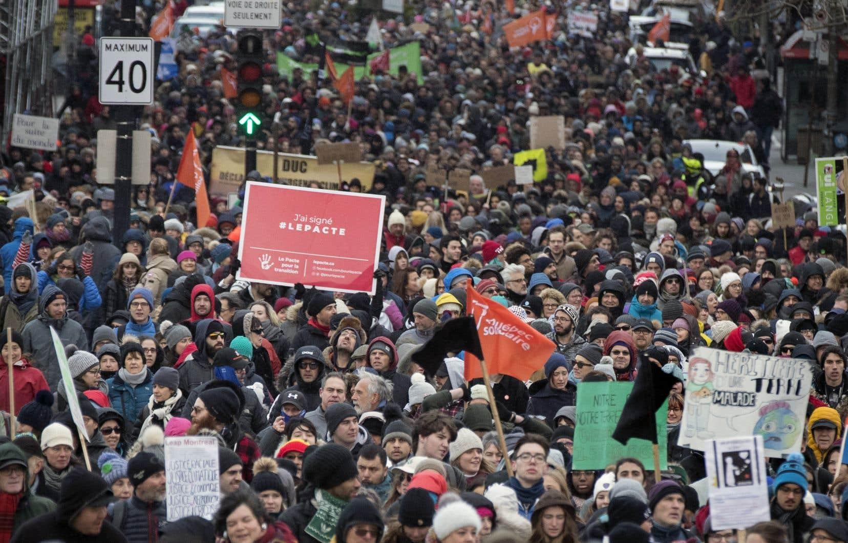Marche pour le climat le 10 novembre dernier, à Montréal.Le document remis au gouvernement propose une «feuille de route» pour assurer la mise en œuvre d'un vaste chantier de transition vers une économie «sobre en carbone».