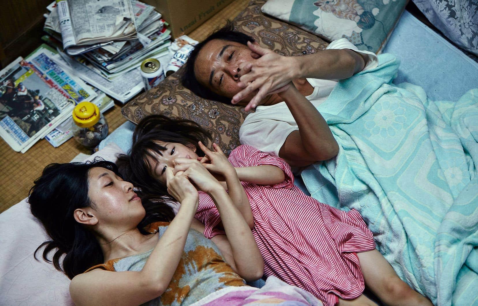 La famille que le réalisateur met en scène dans «Shoplifters» répond en surface au modèle traditionnel nippon des trois générations vivant sous le même toit.