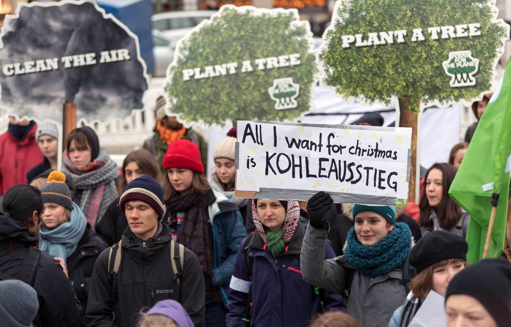 «Tout ce que je veux pour Noël, c'est l'élimination des combustibles fossiles», demande une jeune fille sur une affiche à Berlin, répondant à l'appel de l'adolescente suédoise Greta Thunberg, devenue célèbre pour son action hebdomadaire devant le parlement de Stockholm.