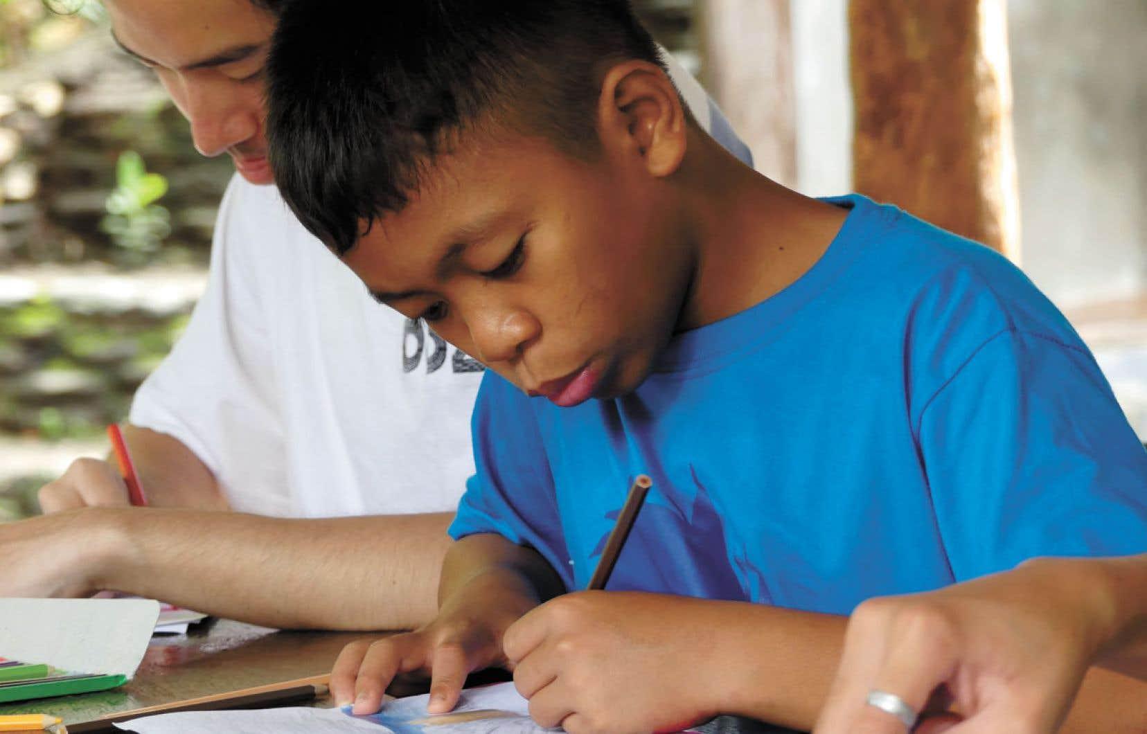 En plus d'avoir un toit au-dessus de la tête, ce jeune Philippin reçoit un enseignement scolaire régulier.