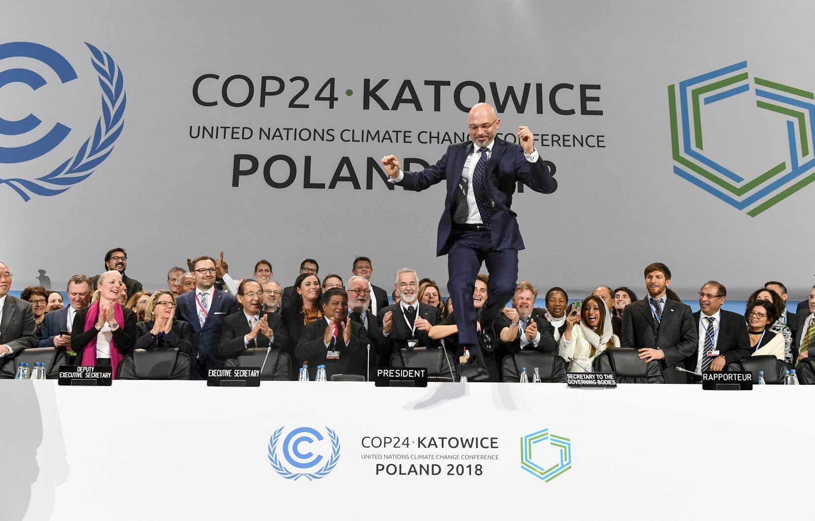 Le président de la COP24, Michal Kurtyka, a sauté par-dessus son bureau à la fin de la session finale du sommet sur le climat.