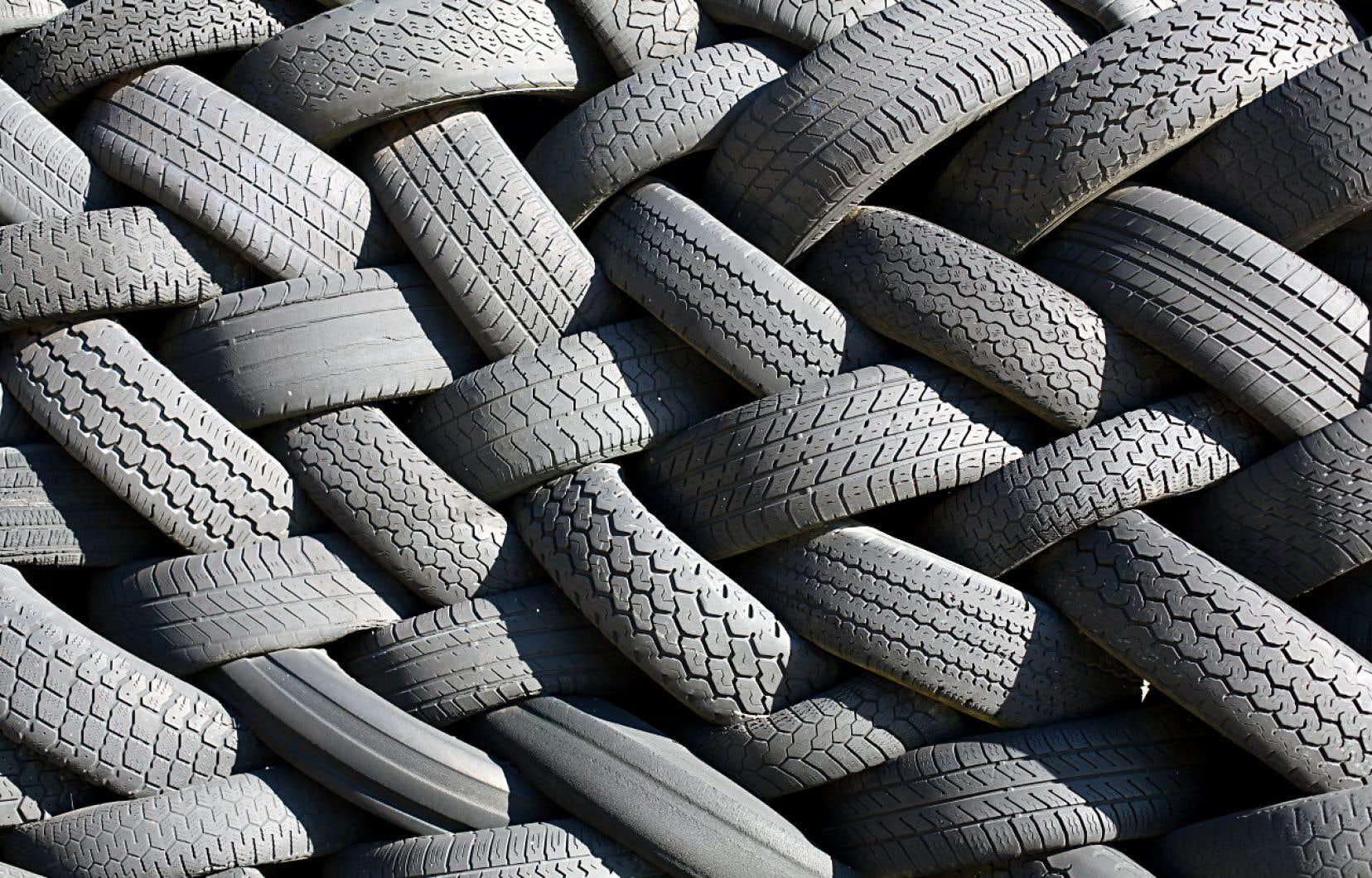 Un amas de pneus dans une usine de recyclage à Goodwood, en Nouvelle-Écosse