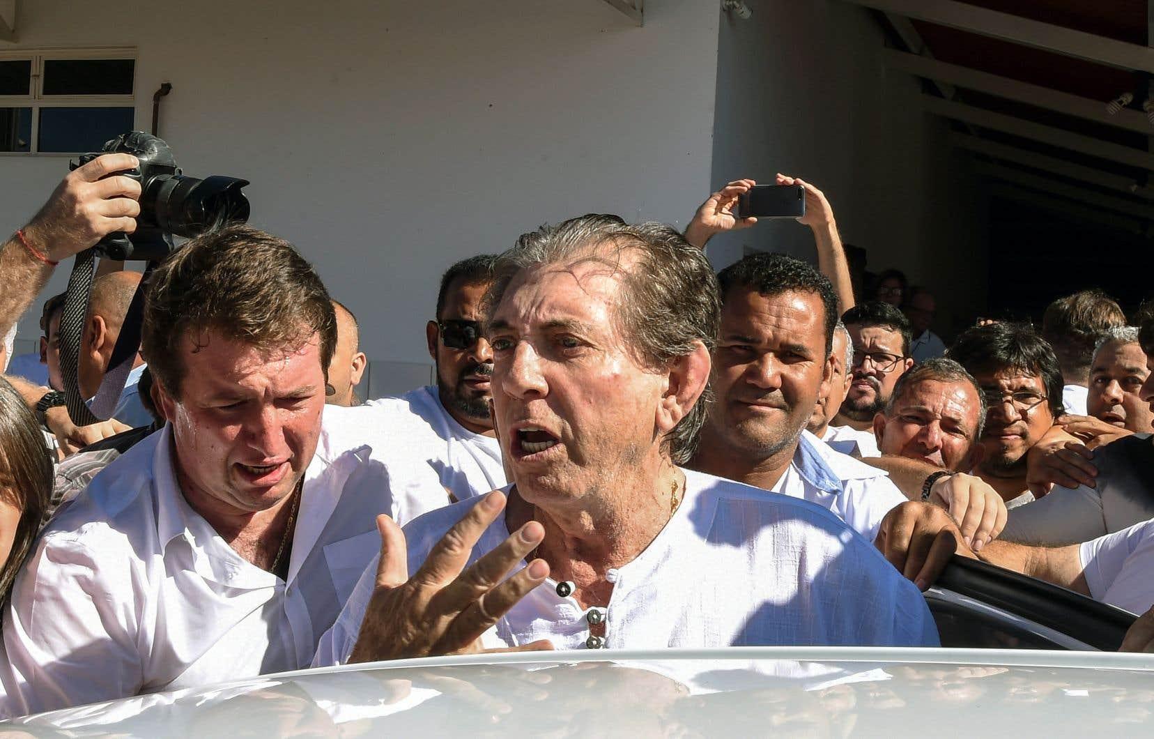 Le «guérisseur spirituel» João de Deus (au centre) était escorté par des fidèles lors de son arrivée à son temple d'Abadiania, mercredi.