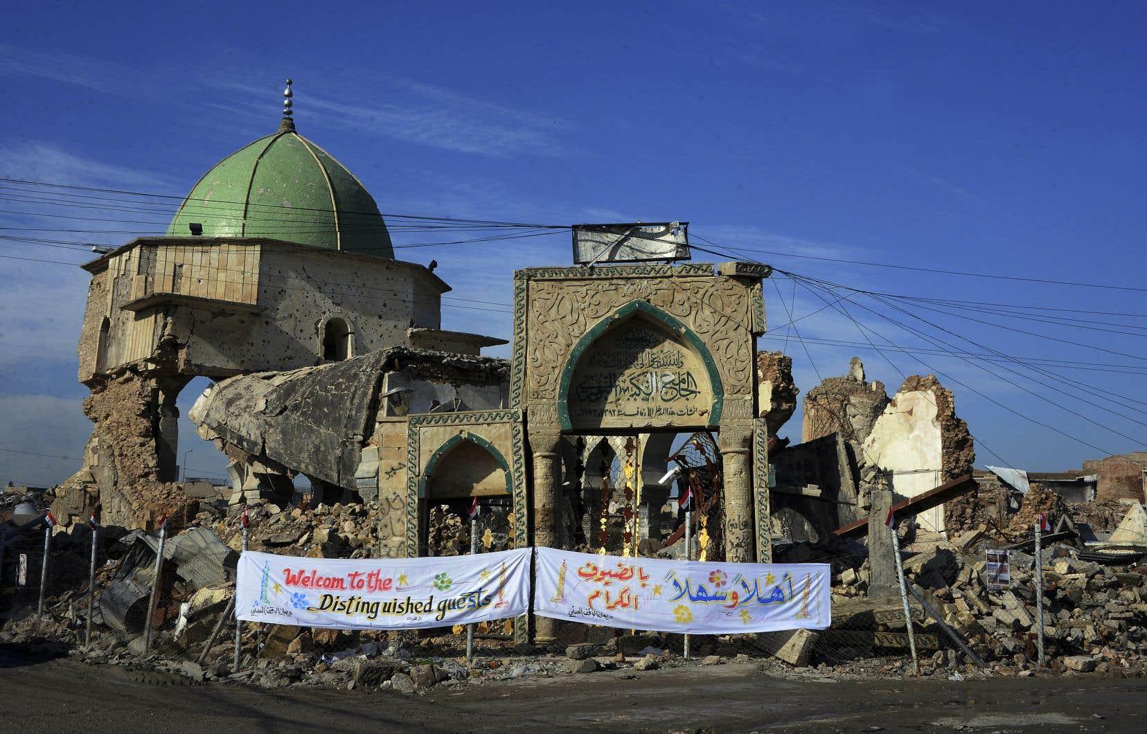 C'est dans cette mosquée que le «calife» autoproclamé du groupe EI, Abou Bakr al-Baghdadi, toujours introuvable, avait fait son unique apparition publique connue, en 2014.