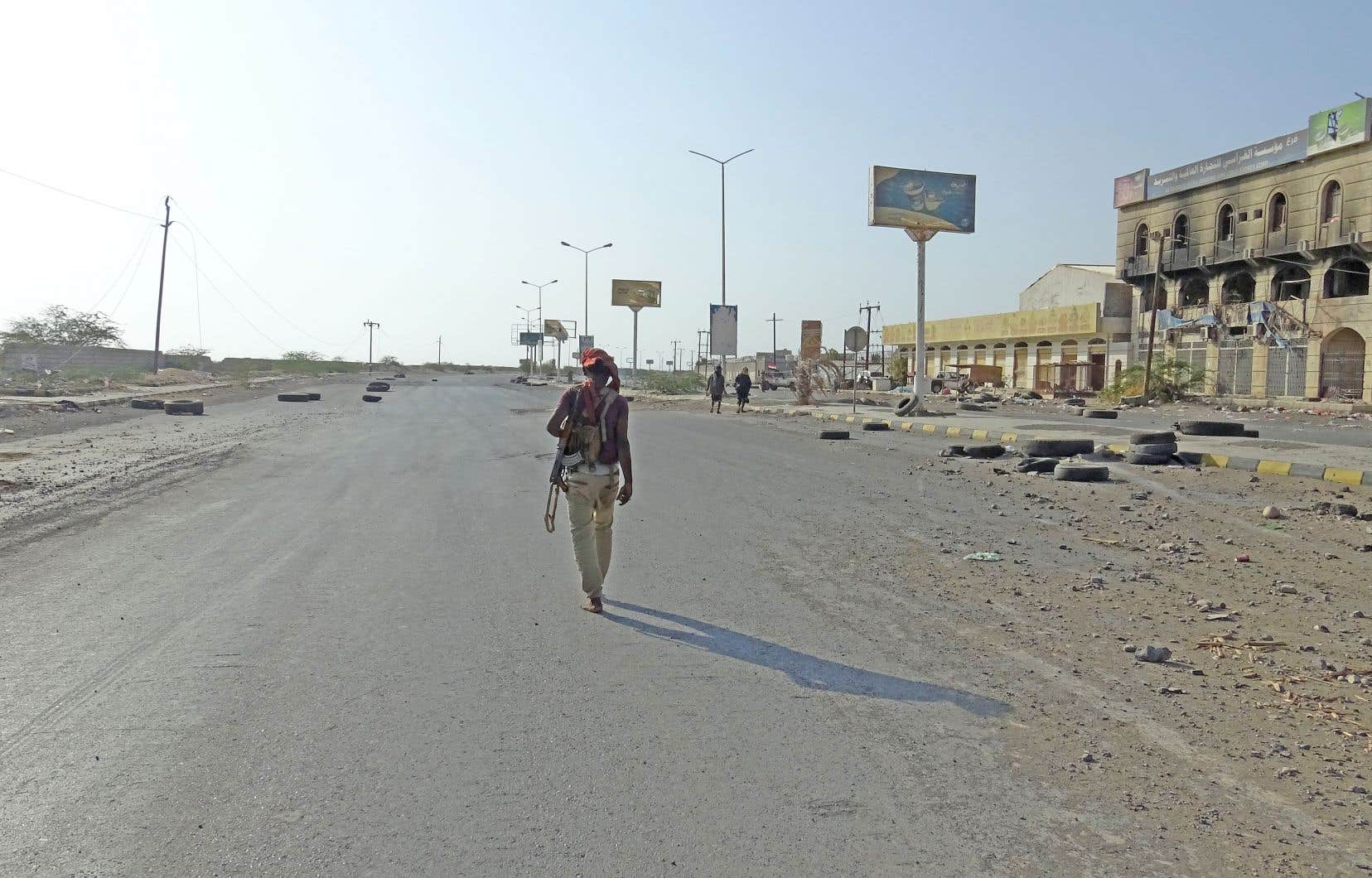 Un combattant des forces progouvernementales arpentait l'une des rues de la ville portuaire de Hodeïda, au Yémen, le 15décembre dernier.