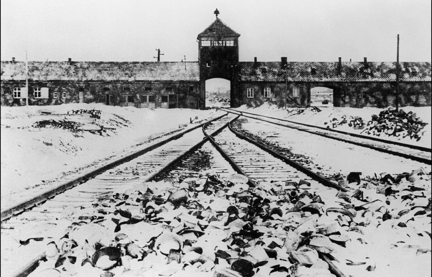 Photo prise en janvier 1945 montrant la grille d'entrée et les rails du camp de concentration d'Auschwitz après sa libération par les troupes soviétiques.