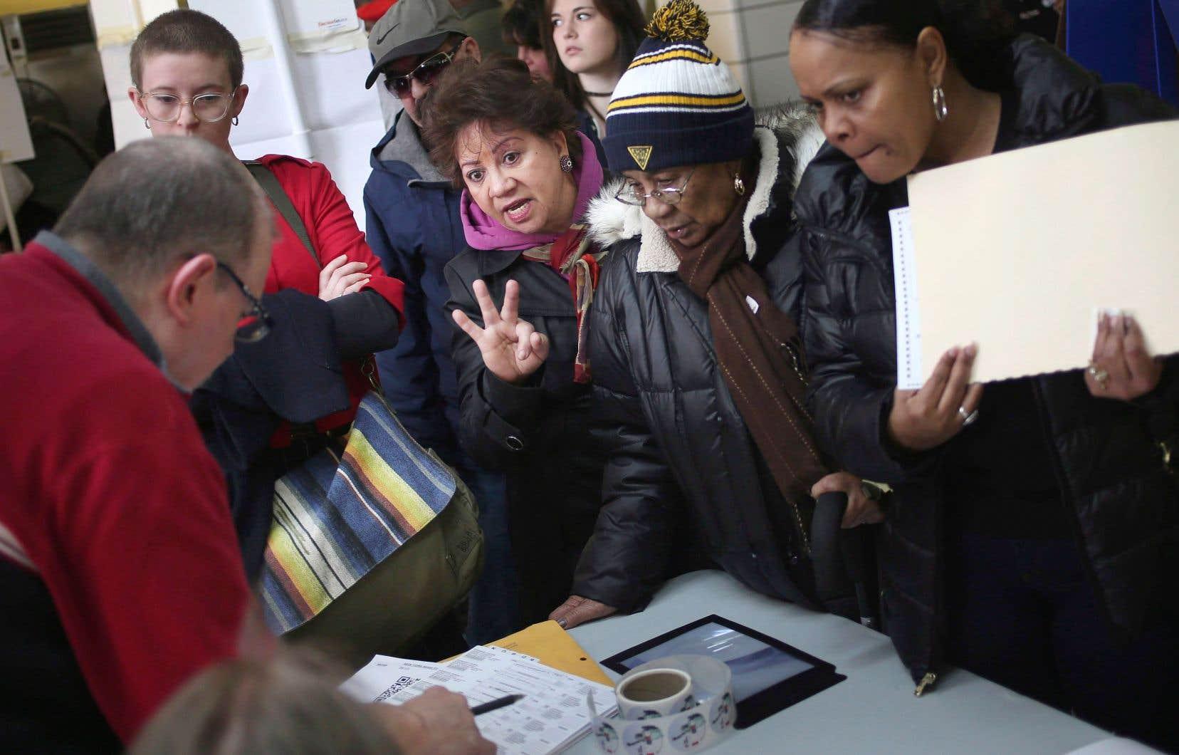 Des électeurs le jour de l'élection de Donald Trump, le 8 novembre 2016. Une organisation basée à Saint-Pétersbourg a mis en place différentes stratégies afin d'abaisser le taux de participation chez les Afro-Américains et d'autres groupes susceptibles de voter pour Hillary Clinton, montrent des rapports.