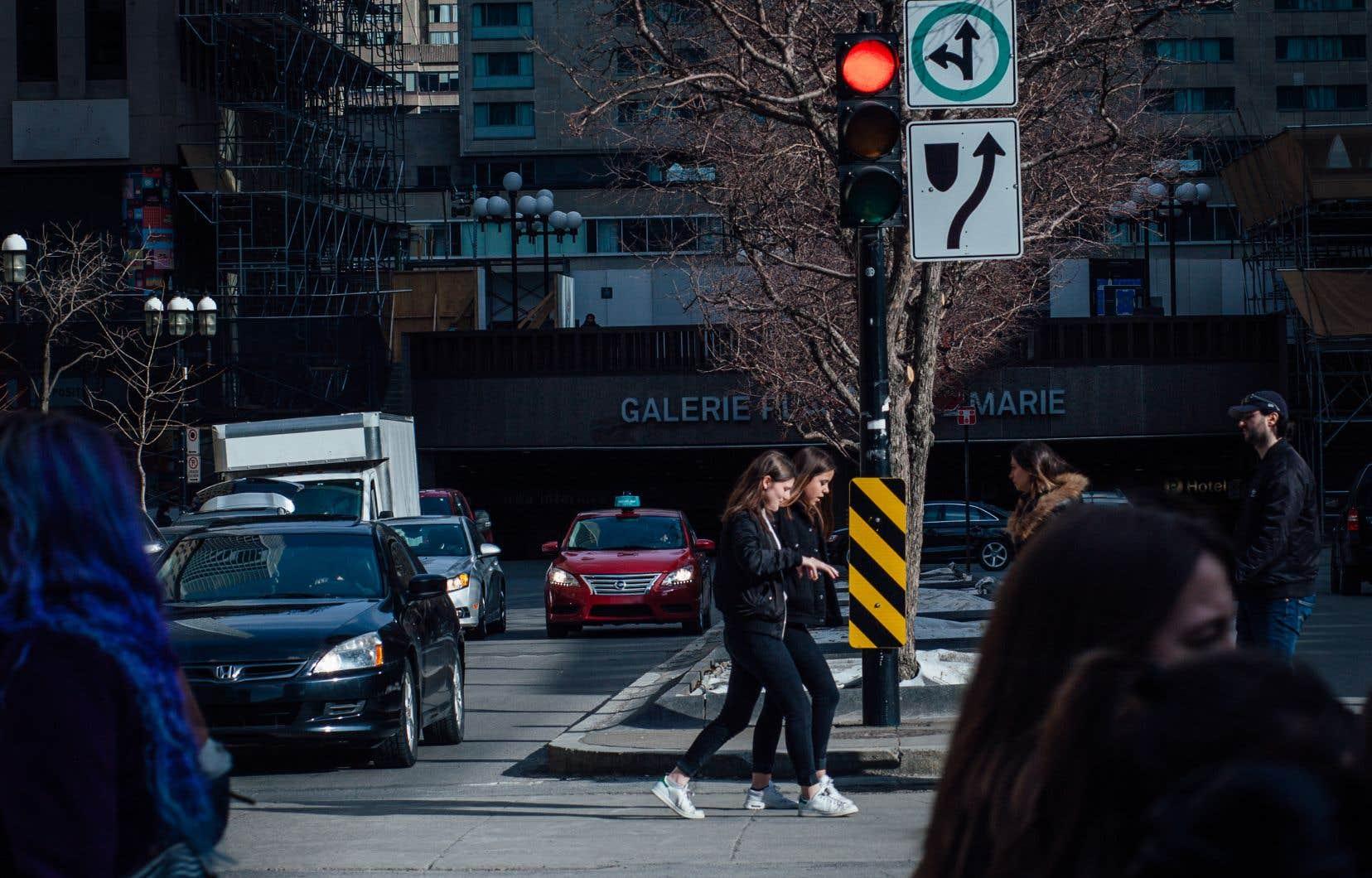 À Montréal, en général, aux intersections comportant des feux de circulation, les piétons traversent en même temps que les voitures.
