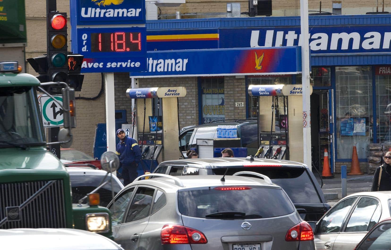Les prix de l'essence à la pompe ont reculé de 5,4% par rapport à l'an dernier, en raison de la baisse mondiale des cours du pétrole.