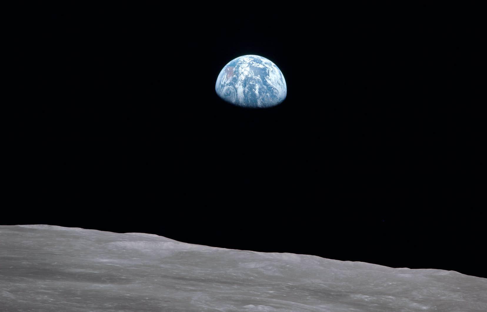 L'astronaute Bill Anders a pris deux photos en couleurs du lever de la Terre. Celle-ci est la première et deviendra l'un des clichés les plus célèbres du XXesiècle.