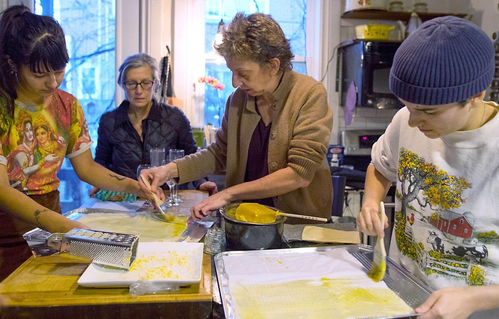 Les lutins lutinent avec la cire d'abeille. Camille Barrantes, Nicole Turcotte, Zoomba Létourneau et Léa Castonguay font de la contamination positive, une pellicule alimentaire à la fois.