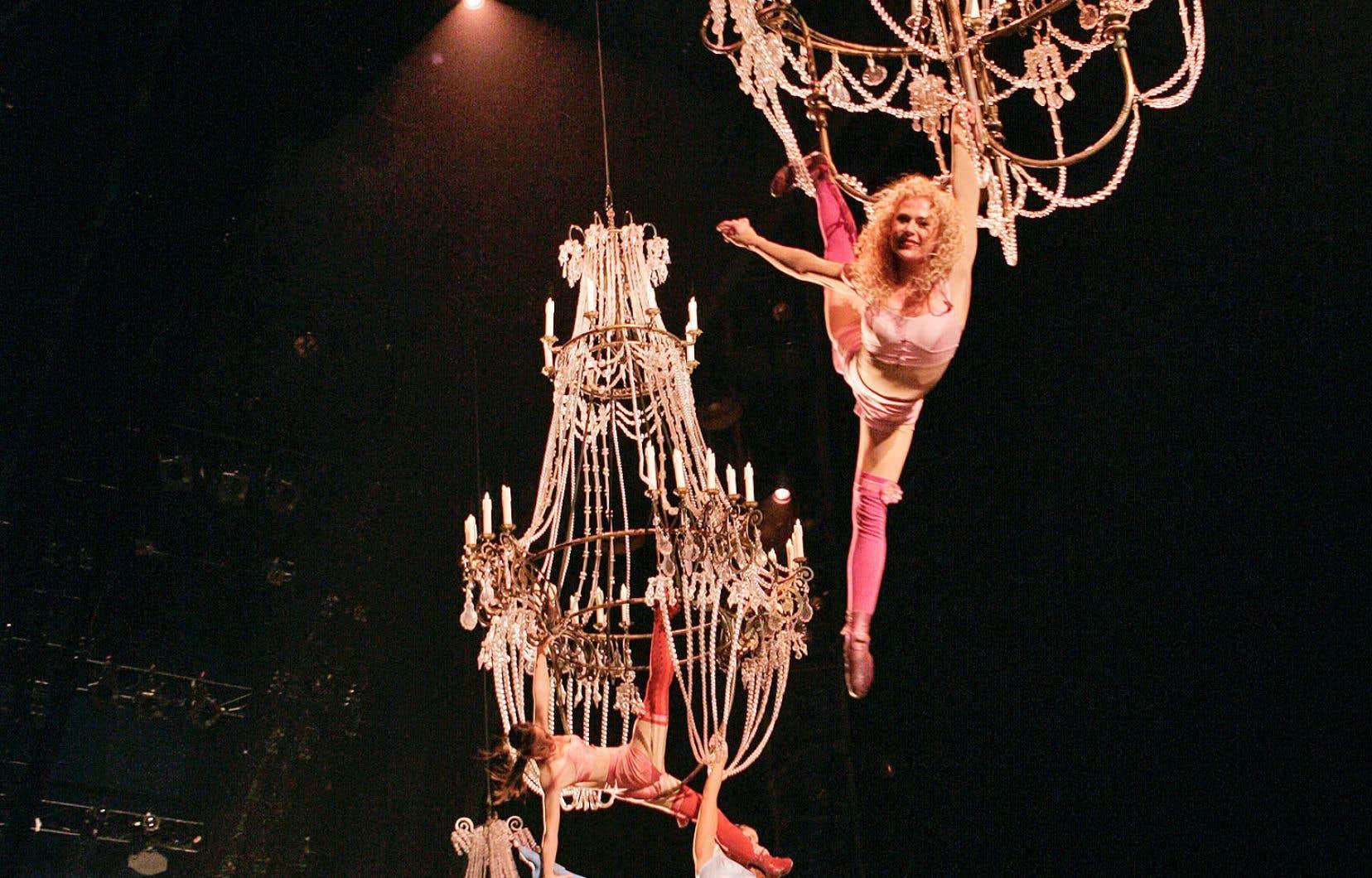 Les quelque 50 membres de la troupe nous entraînent dans un univers délicieusement bigarré, joyeusement carnavalesque, un hommage au cirque traditionnel européen.