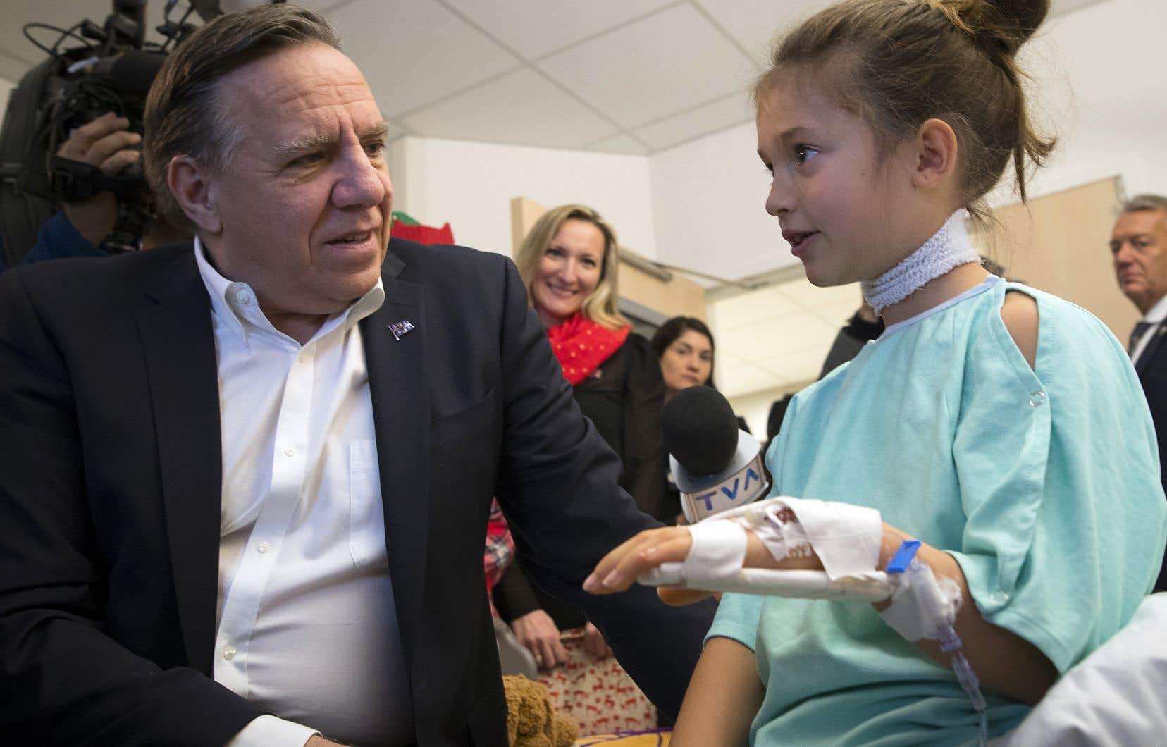 Le premier ministre François Legault a passé une partie de la matinée vendredi à rencontrer des enfants hospitalisés à l'hôpital Sainte-Justine, à Montréal. Il était notamment accompagné du ministre Lionel Carmant, longtemps médecin dans cette institution. «Le courage des enfants que j'ai rencontrés meva droit au cœur», a-t-il indiqué après sa visite.