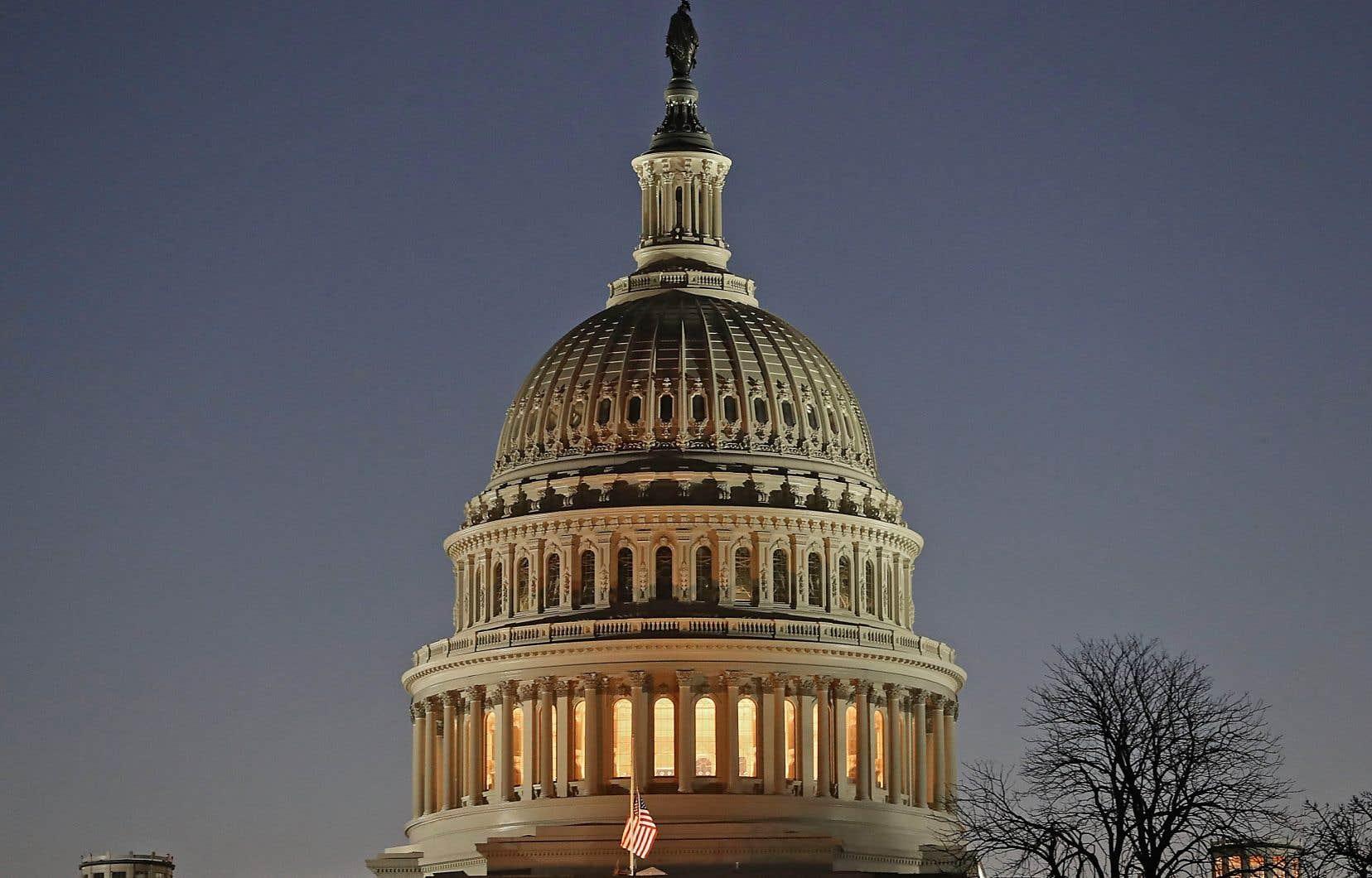 Vue du Capitole alors que l'appareil administratif était partiellement paralysé dimanche, à Washington