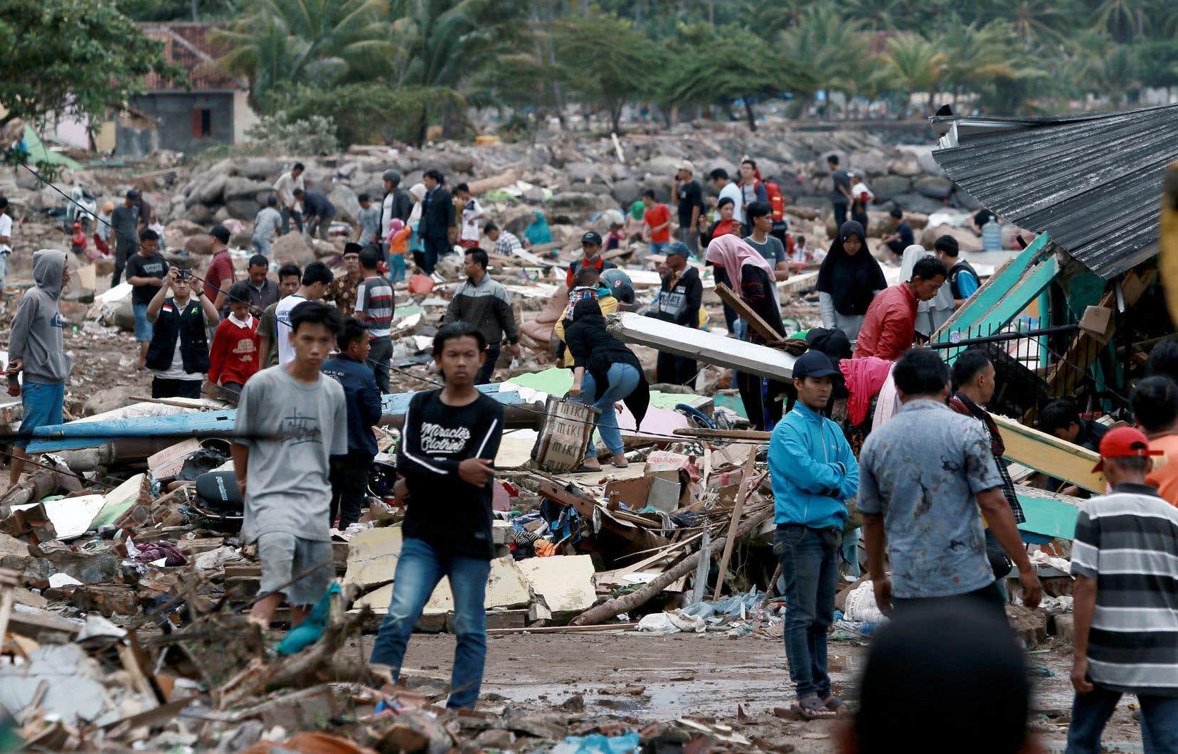 Secouristes et citoyens poursuivaient leurs recherches dimanche pour retrouver des survivants après le passage d'un tsunami qui a balayé les plages du détroit indonésien de la Sonde.