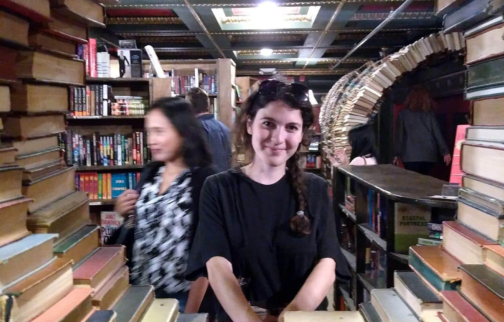 Marianne Sabourin, une étudiante en enseignement du français au secondaire à l'Université de Sherbrooke, enseigne la langue de Molière à des immigrants sur leur lieu de travail.