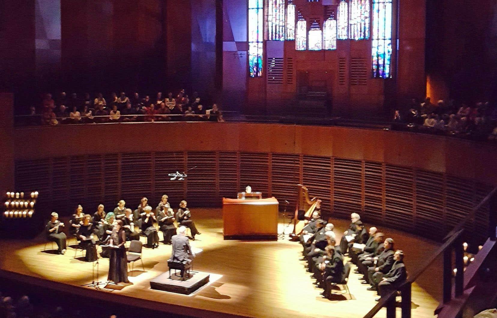 Les fidèles, spectateurs, sont invités à quatre reprises à participer en chantant des refrains connus pendant lesquels l'officiant-chef se retourne vers la foule.
